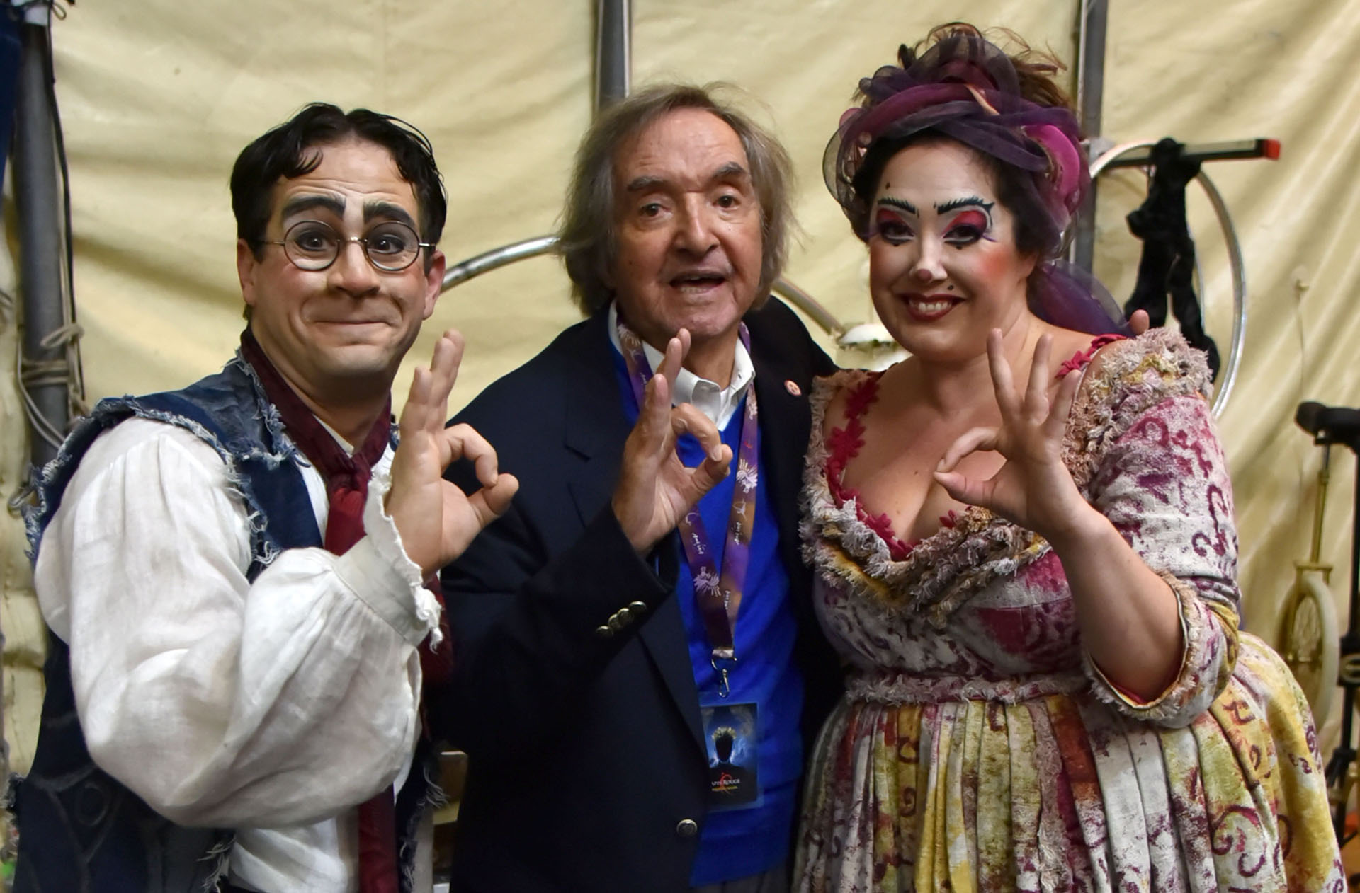 """¡Gestito de idea! Carlitos Balá volvió a una de sus grandes pasiones: el circo. Fue invitado especialmente por el Cirque du Soleil para ver el show """"Amaluma"""". Luego de la función, en los camarines lo rodearon de cariño. Y no es para menos… (Fotos: Verónica Guerman / Teleshow)"""