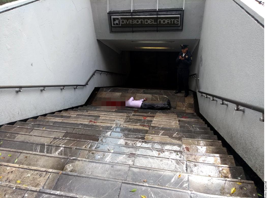 La víctima quedó tendida en las escaleras de acceso de la estación de servicio.
