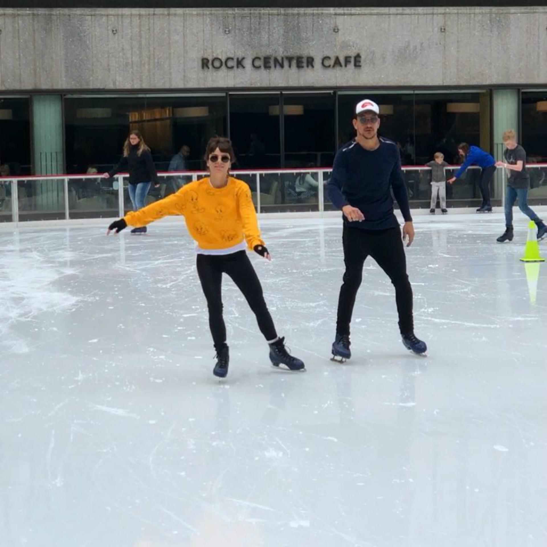 Si bien en Nueva York ya es primavera, las temperaturas siguen bajas y aún se puede disfrutar de la famosa pista de patinaje. (Foto Instagram)