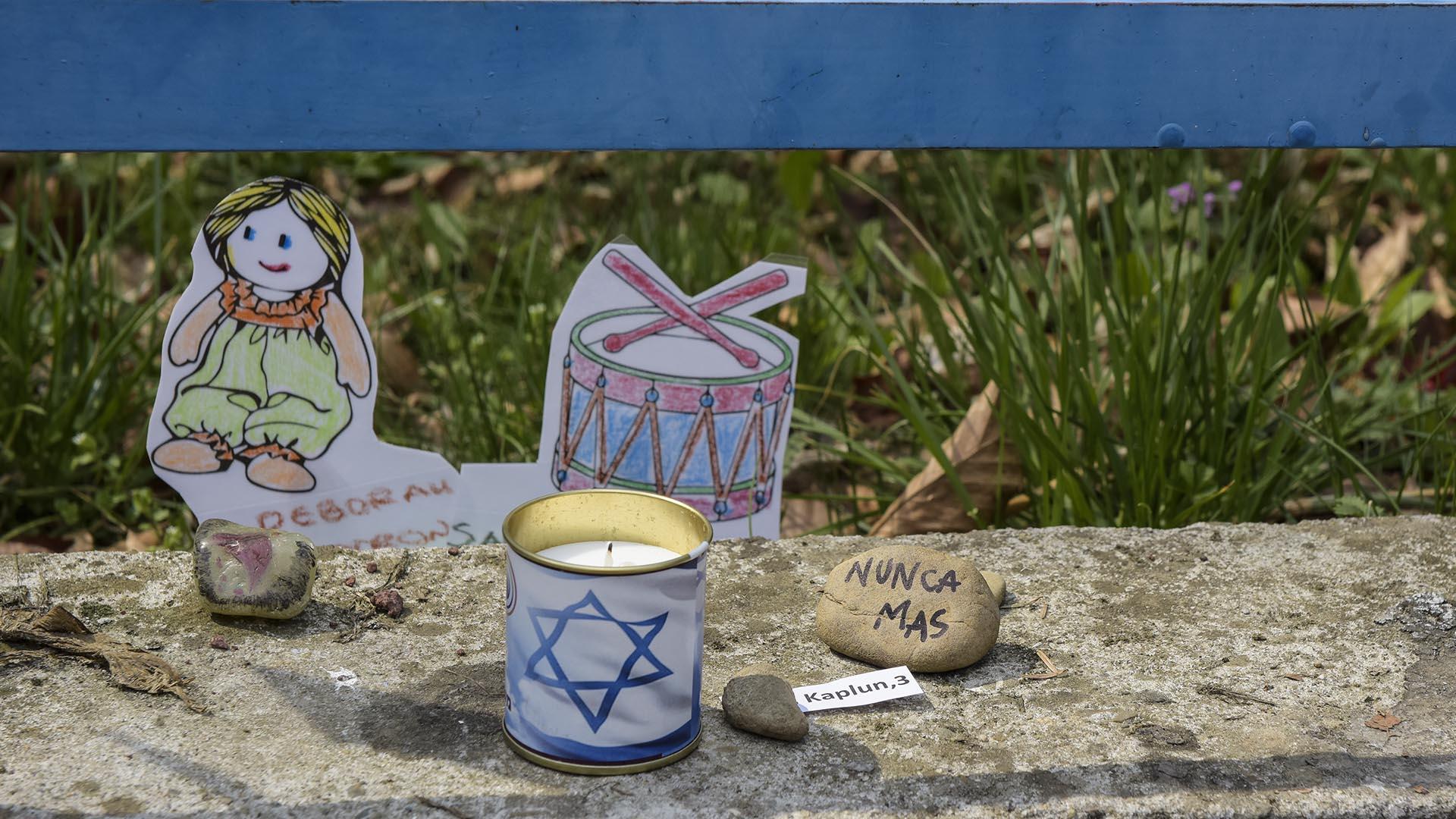 Se pueden ver diferentes objetos en memoria a los niños y niñas que murieron en ese bosque en 1942.