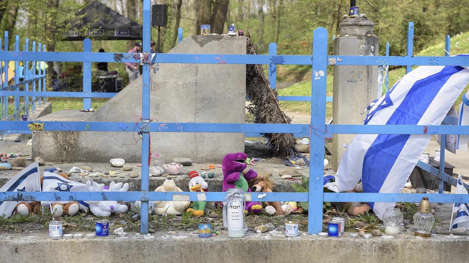 Peluches y juguetes en la tumba de los niños fusilados por los nazis (Foto: Victoria Bornaz)