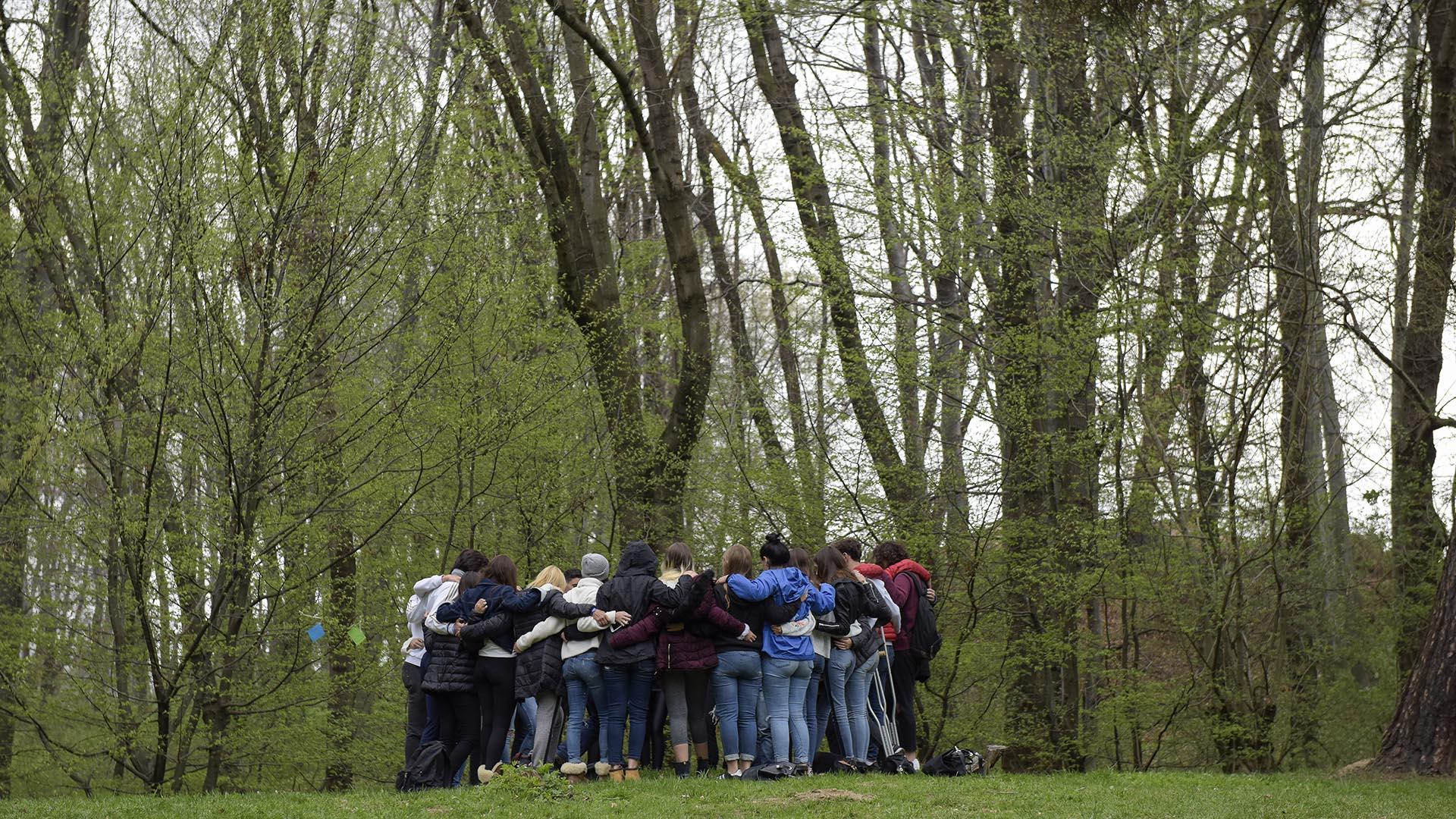 El grupo argentino de Marcha por la Vida visito las fosas de Tarnow y recordaron lo sucedido en ese lugar (Foto: Victoria Bornaz)