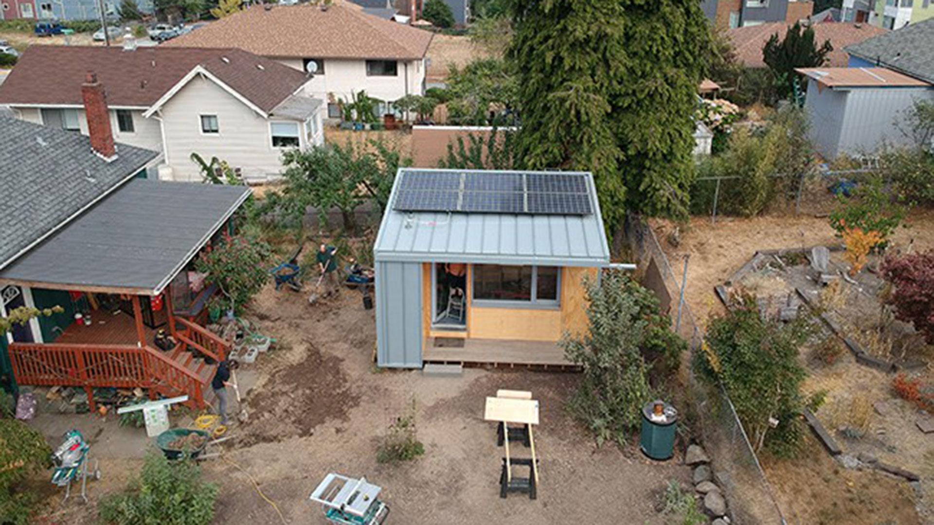 Para brindar vivienda a los 58.000 homeless de Los Ángeles se prueba la construcción de unidades con baño y cocina al estilo de apartamento de huéspedes, en los patios detrás de las propiedades