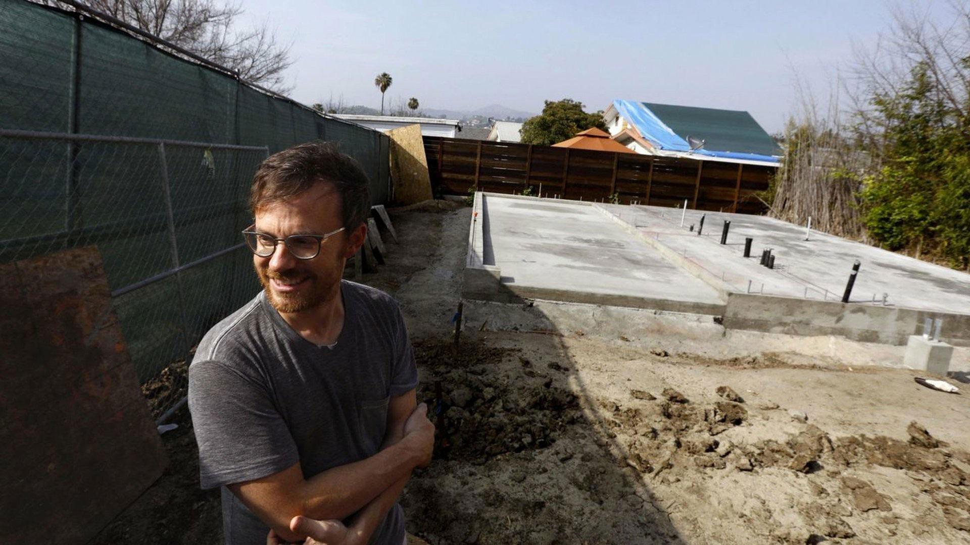 Trent Wolbe en su patio, donde se construye una unidad piloto para albergar a gente sin techo