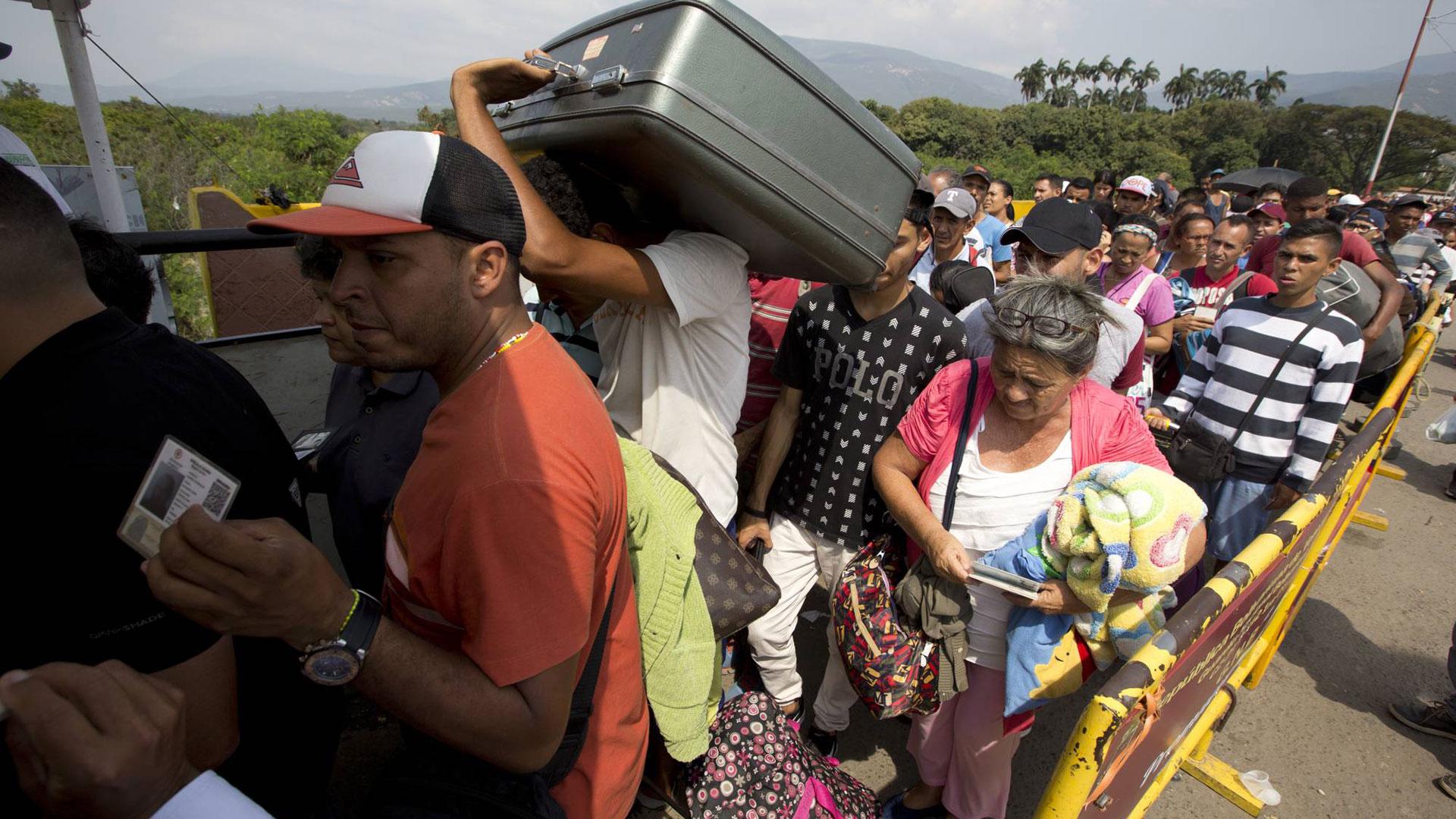 Miles de venezolanos huyen de su país (AP)