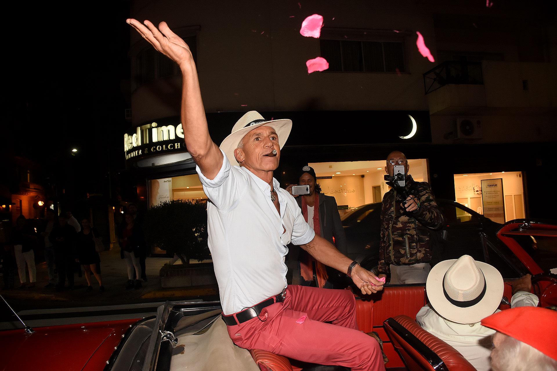 Ricardo Piñeiro tiró pétalos de rosas desde el automóvil que lo trasladaba y fue recibido por los invitados, que lo aguardaron en la vereda de Solsken