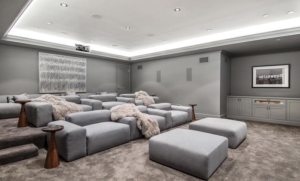 La mansión cuenta con una sala de cine completamente equipada