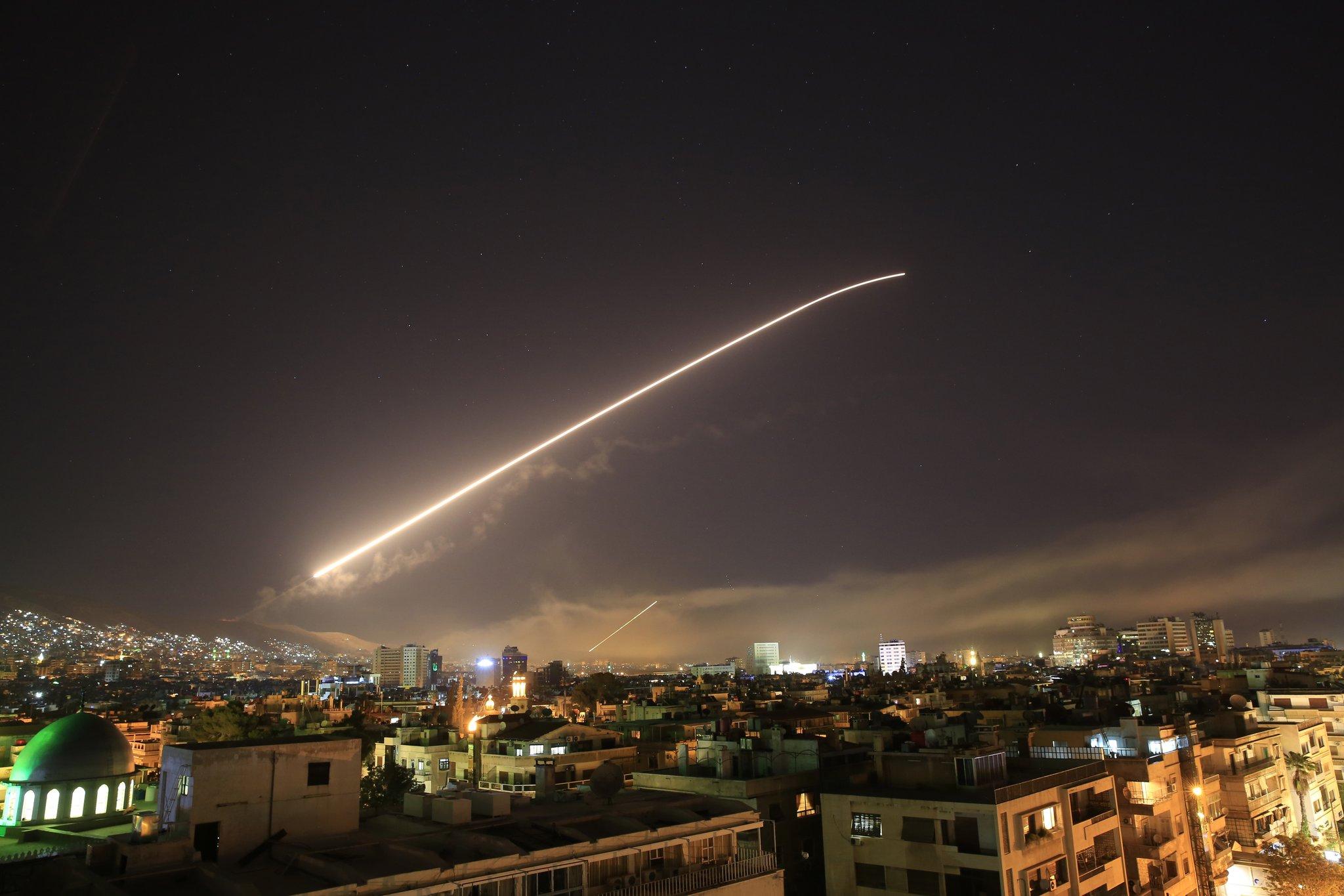 Un misil cruza el cielo durante el ataque del sábado a Siria.