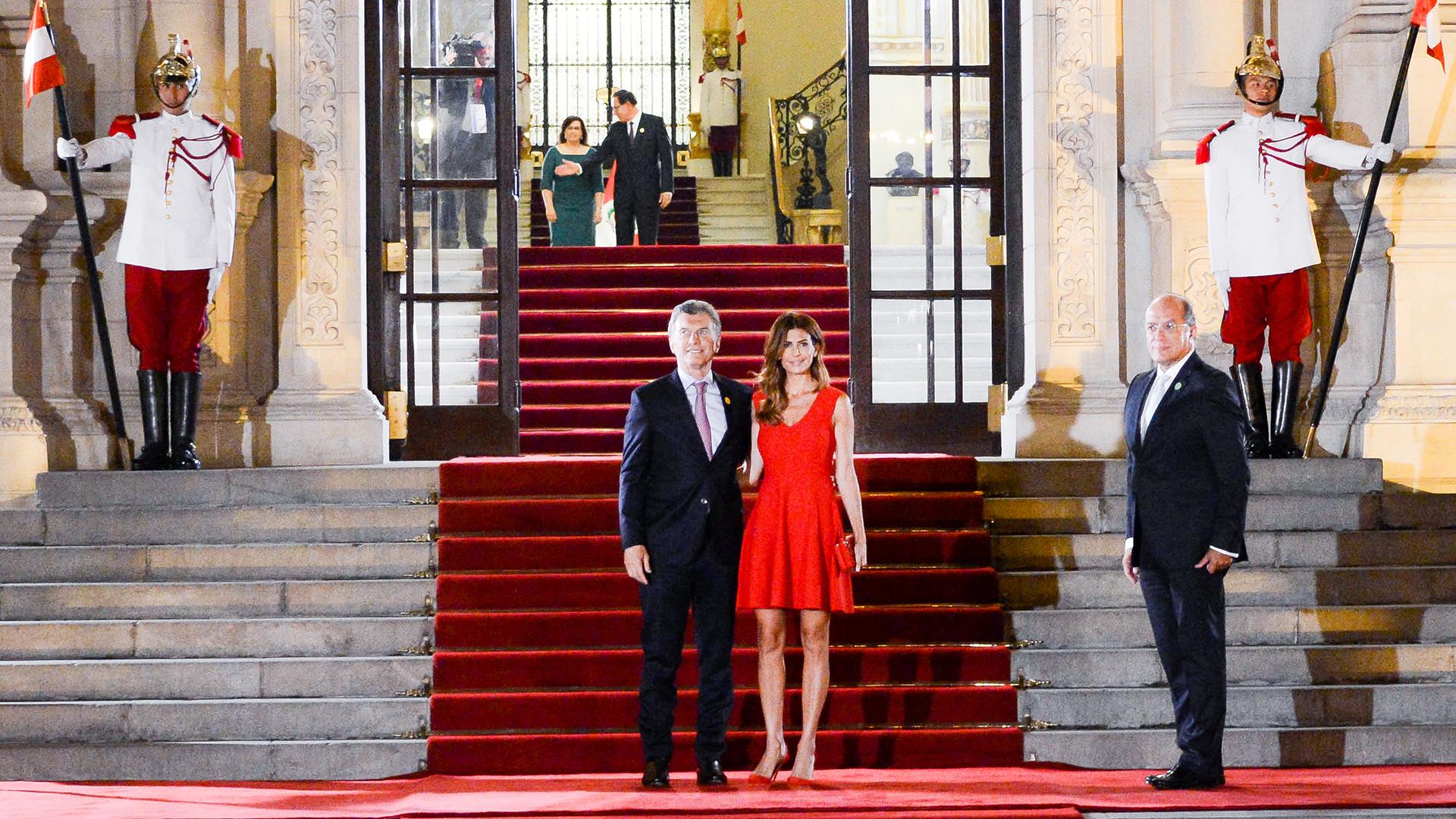 Total red look, el estilismo elegido por Juliana Awada en Lima (Presidencia)
