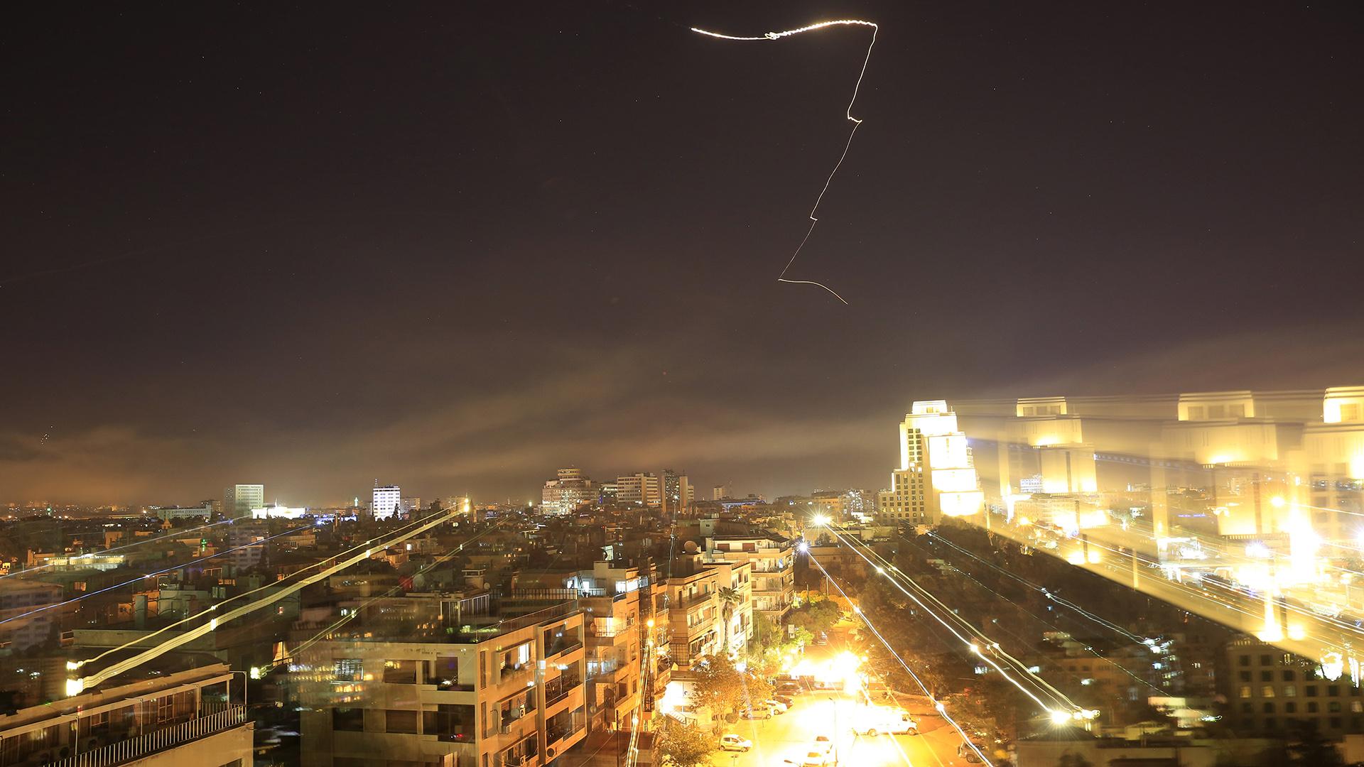 EEUU, Reino Unido y Francia bombardearon fábricas de armas químicas en Siria (AP)