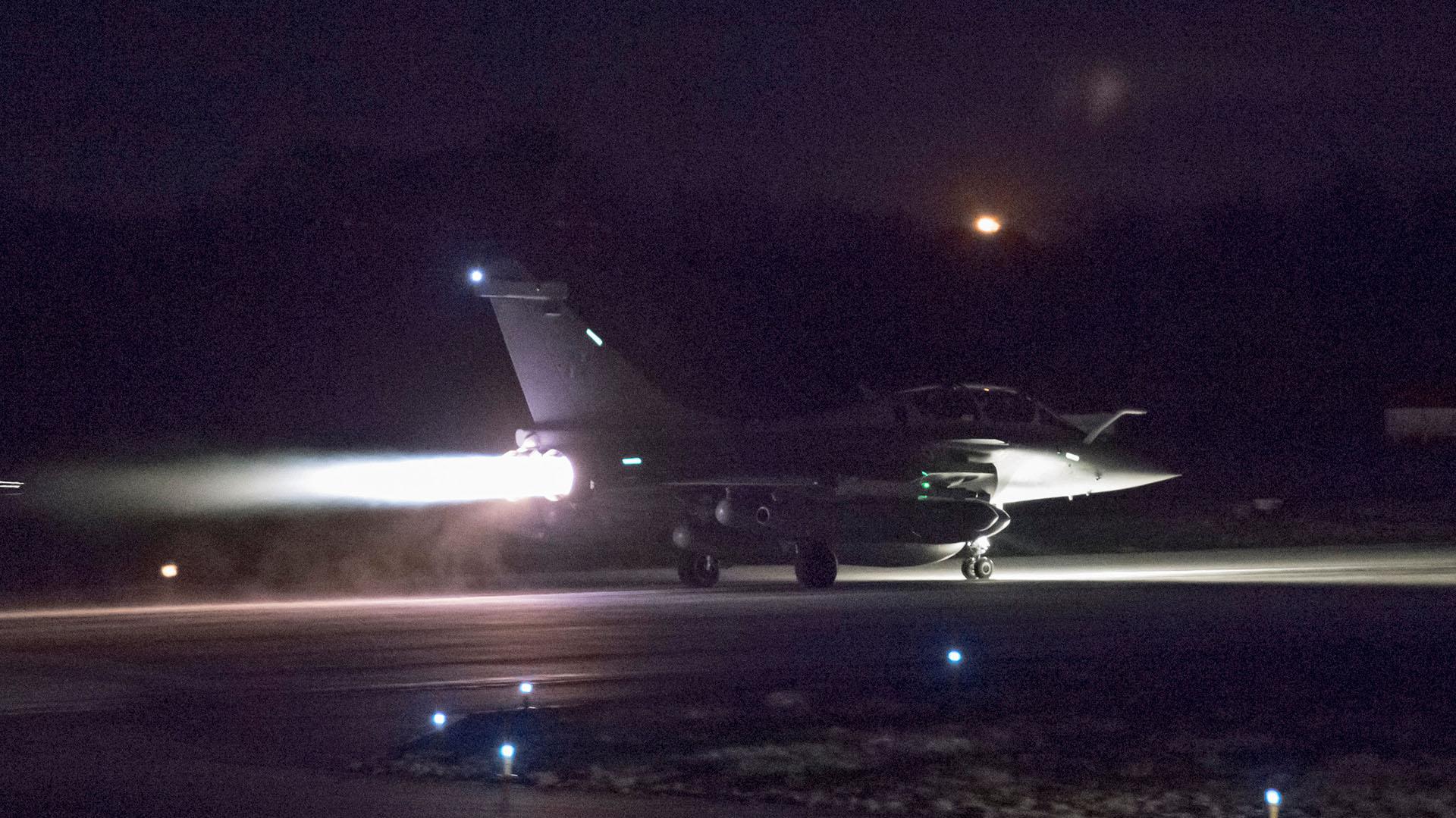 Un jet francés Rafale se prepara para despegar (Reuters)
