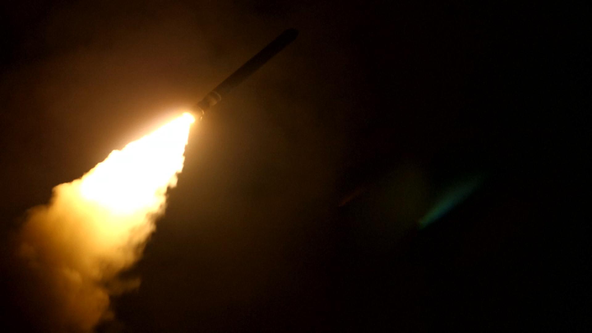 Un misil estadounidense se dirige al blanco sirio.