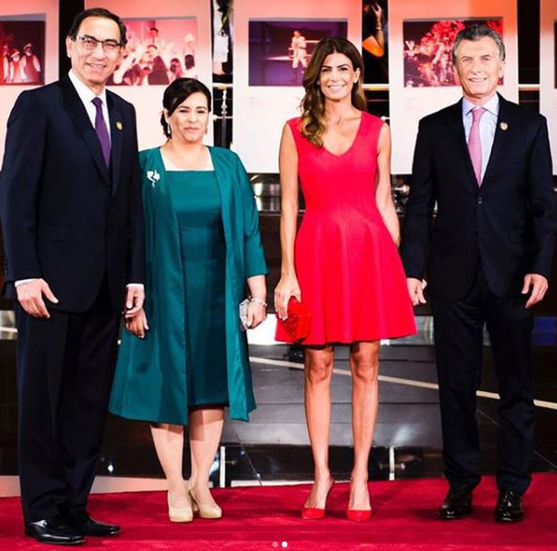 La primera dama de Perú con un conjunto en verde esmeralda de vestido y saco. Juliana Awada apostó al colorado tanto en su vestido, clutch y zapatos