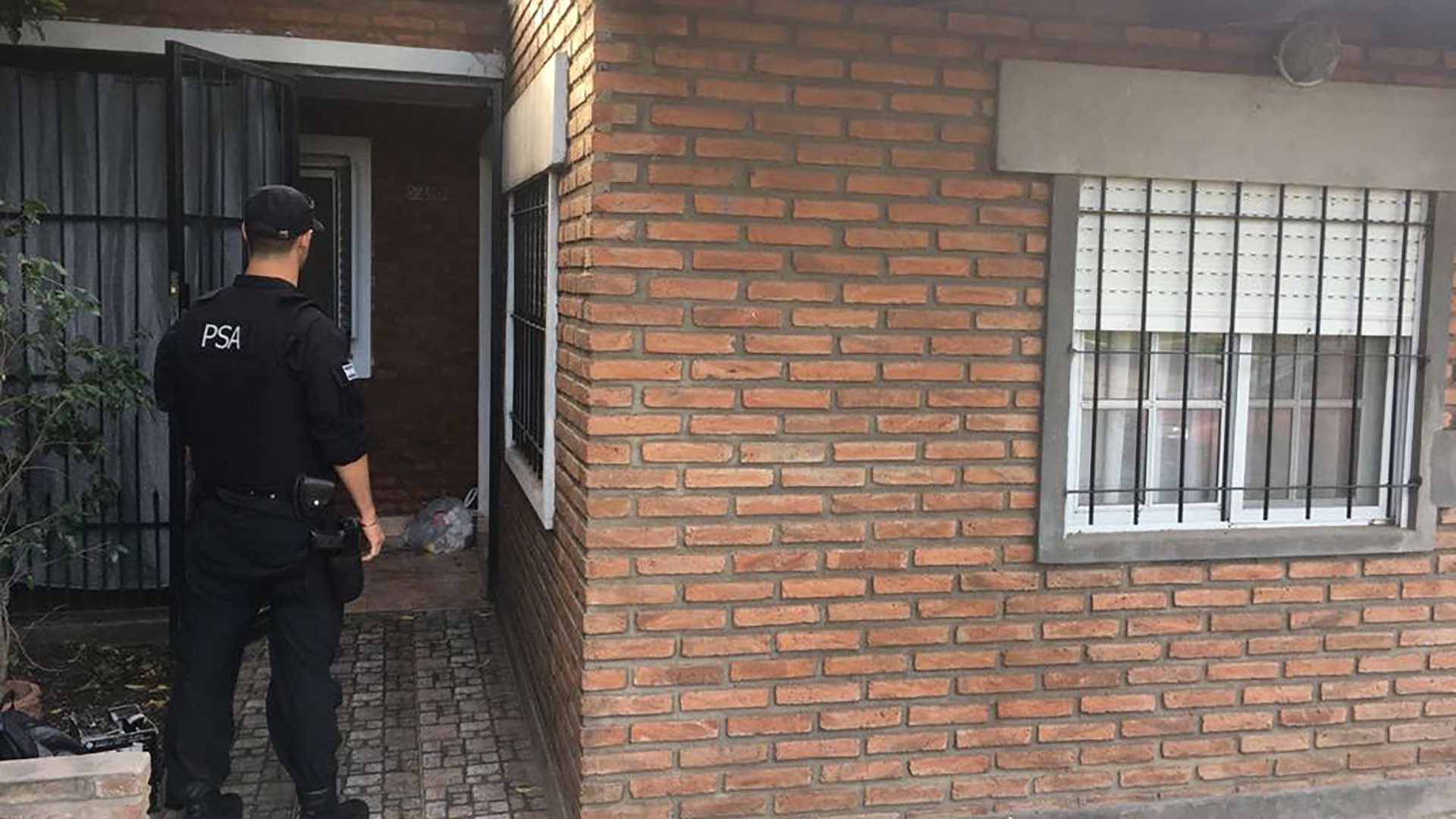 Allanaron dos viviendas relacionadas con el comisario y su oficina en la PDI santafesina