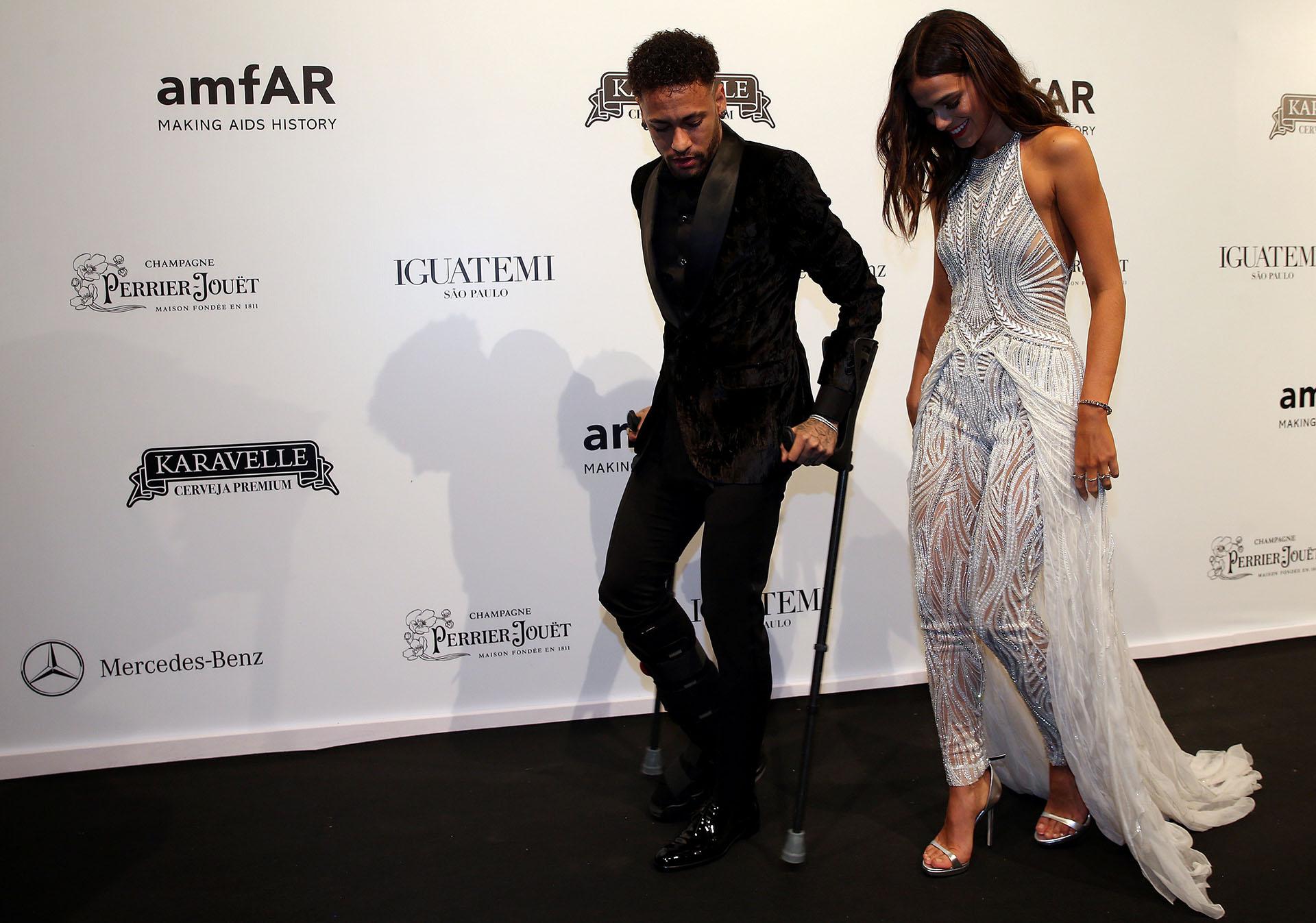 Neymar Jr y su novia, Bruna Marquezine, a su llegada a la gala amfAR, en San Pablo, Brasil