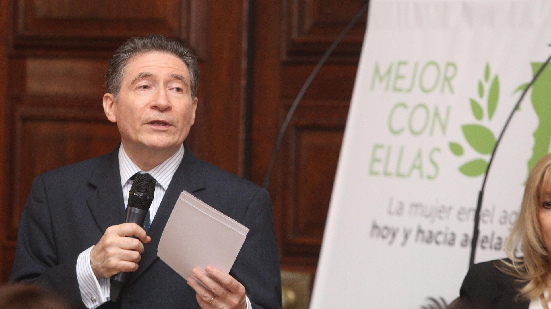 El embajador Guignard abrió la jornada señalando que un mayor protagonismo de las mujeres es una contribución ala lucha contra las desigualdades y la pobreza
