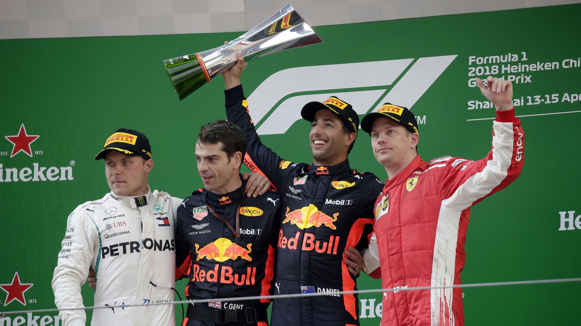 Daniel Ricciardo, con el trofeo, celebra su triunfo en el Gran Premio de China de la Fórmula Uno 2018. A su derecha, de blanco, Kimi Raikkonen. A su izquierda, de rojo, Valtteri Bottas, los pilotos que completaron el podio(AP)