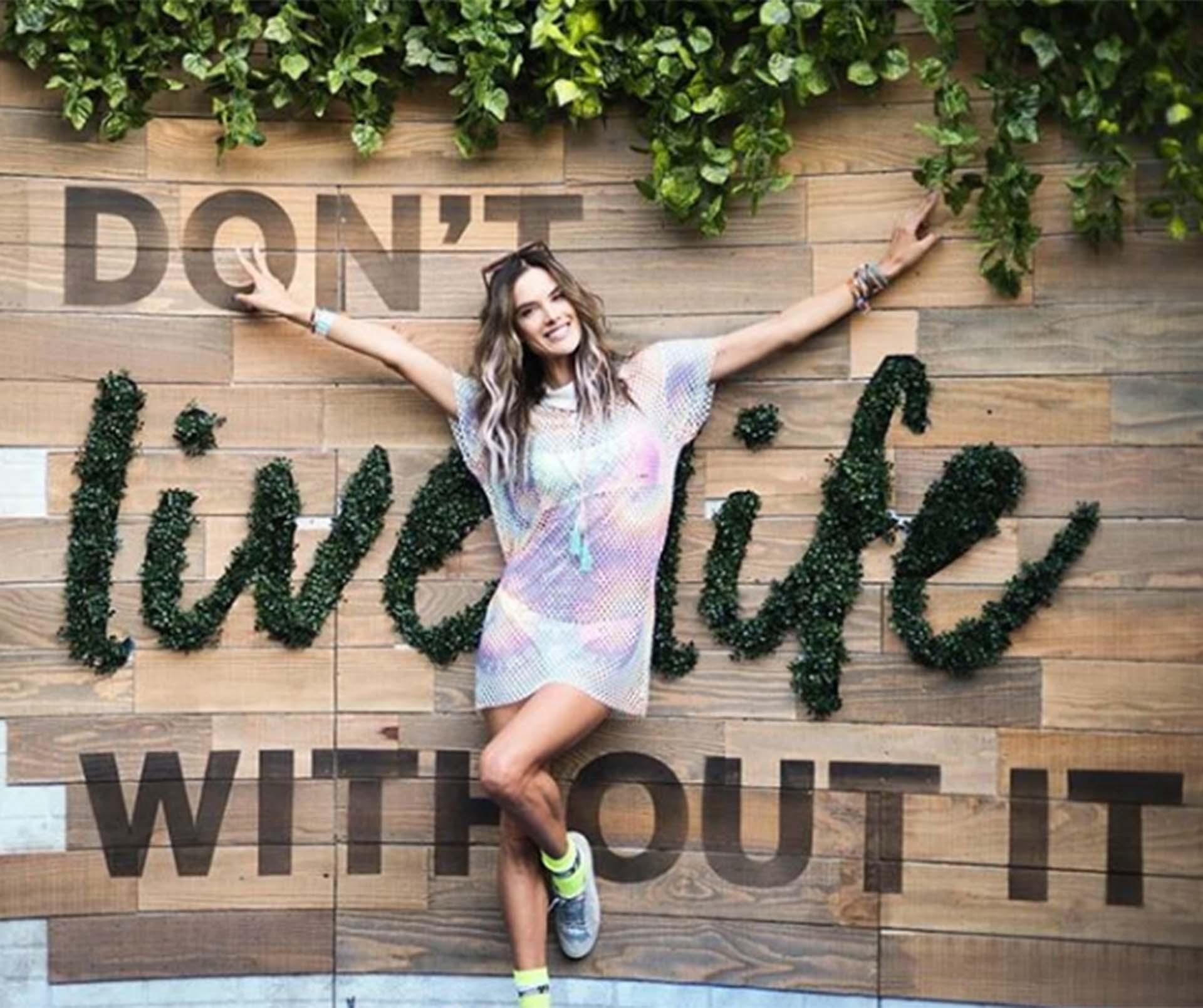 Alessandra Ambrosio, el tercer día del evento con un vestido transparencias de aires hippie chic