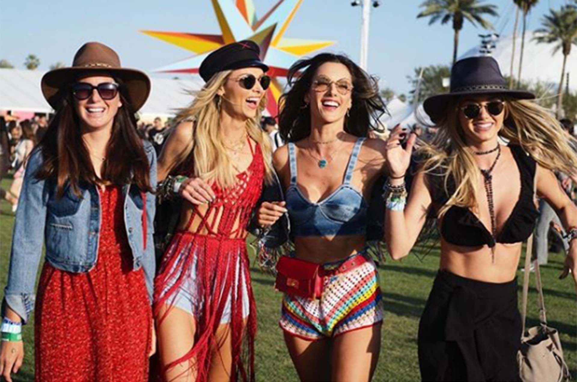 Los ángeles de Victoria's Secret son habitués del festival. Las musas entre ellas Alessandra Ambrosio optaron por el denim y el crochet, una combinación boho chic