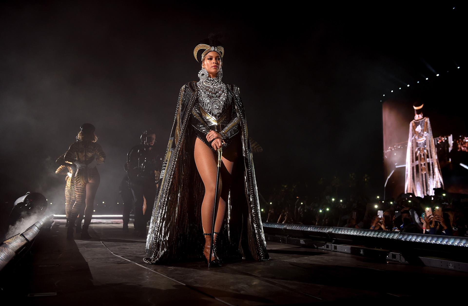 Beyoncé sobre el escenario con un look de Balmain con remiscencias a una diosa egipcia