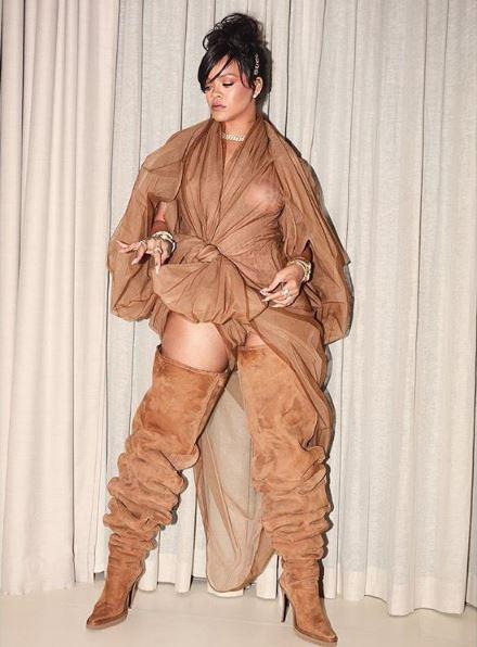 Rihannafue el centro de la atención con su eleccióncombinó con unas botas altas de gamuza con un mini vestido drapeado logrando un llamativo total look de Y/Project