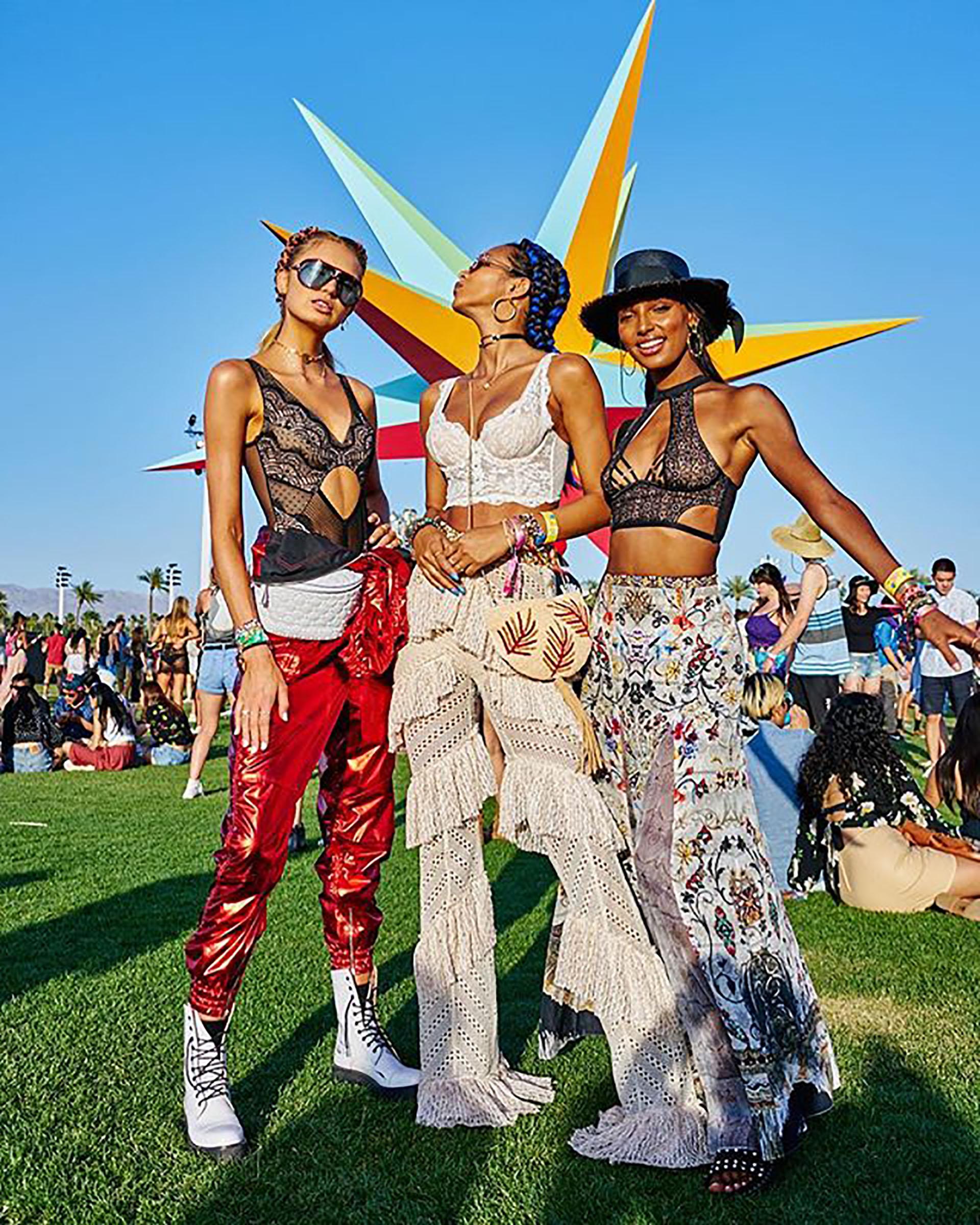 Romee Strijd, Lais Ribero y Jasmine Tookes, los ángeles de Victoria´s Secret optaron por llevar ropa crop tops combinados con faldas, pantalones de crochet y vinilo