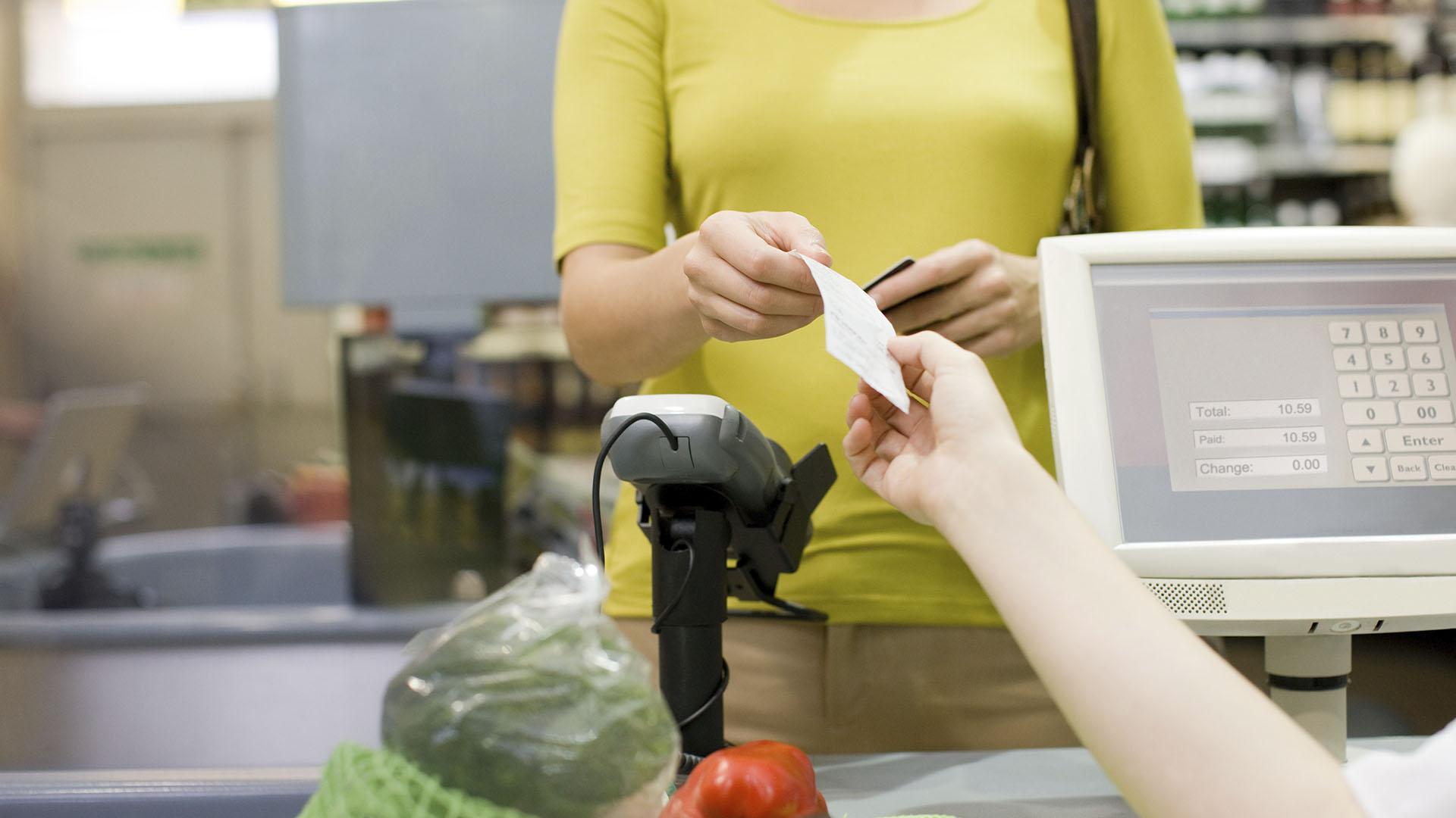 Se puede extraer efectivo en supermercados, farmacias y otros comercios (Getty)