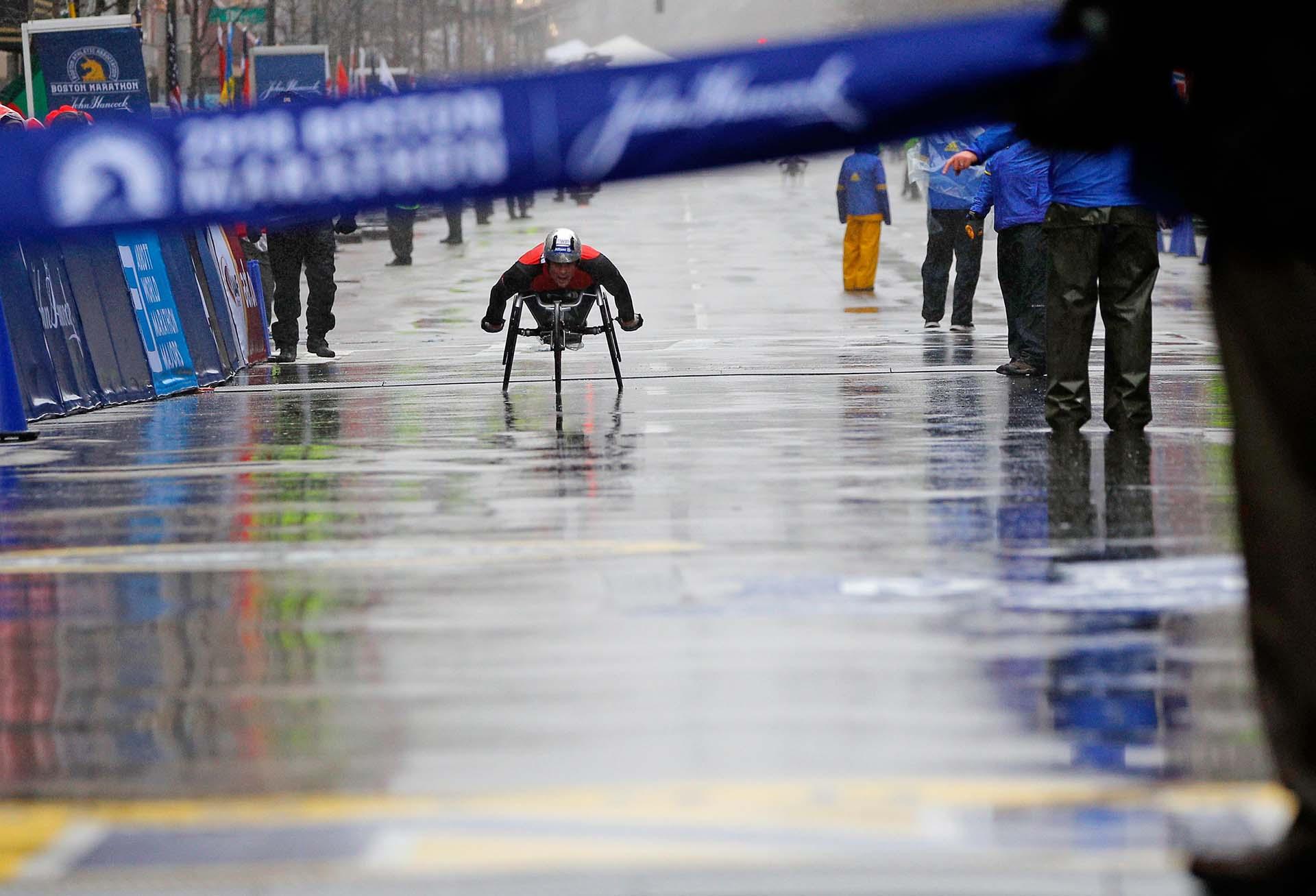 Las pésimas condiciones climatológicas obligaron a Hugg a ser tratado por los servicios médicos que cubren la carrera una vez que cruzó la línea de meta