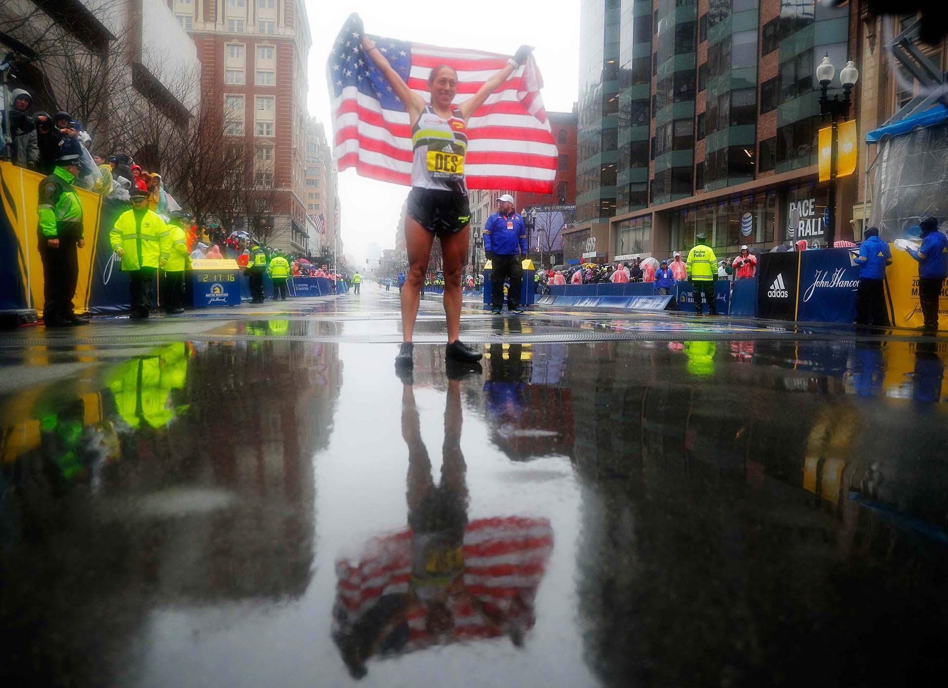 La carrera, que se dio con temperaturas inferiores a 3 grados centígrados (40 grados Fahrenheit), fuerte viento y lluvia constante
