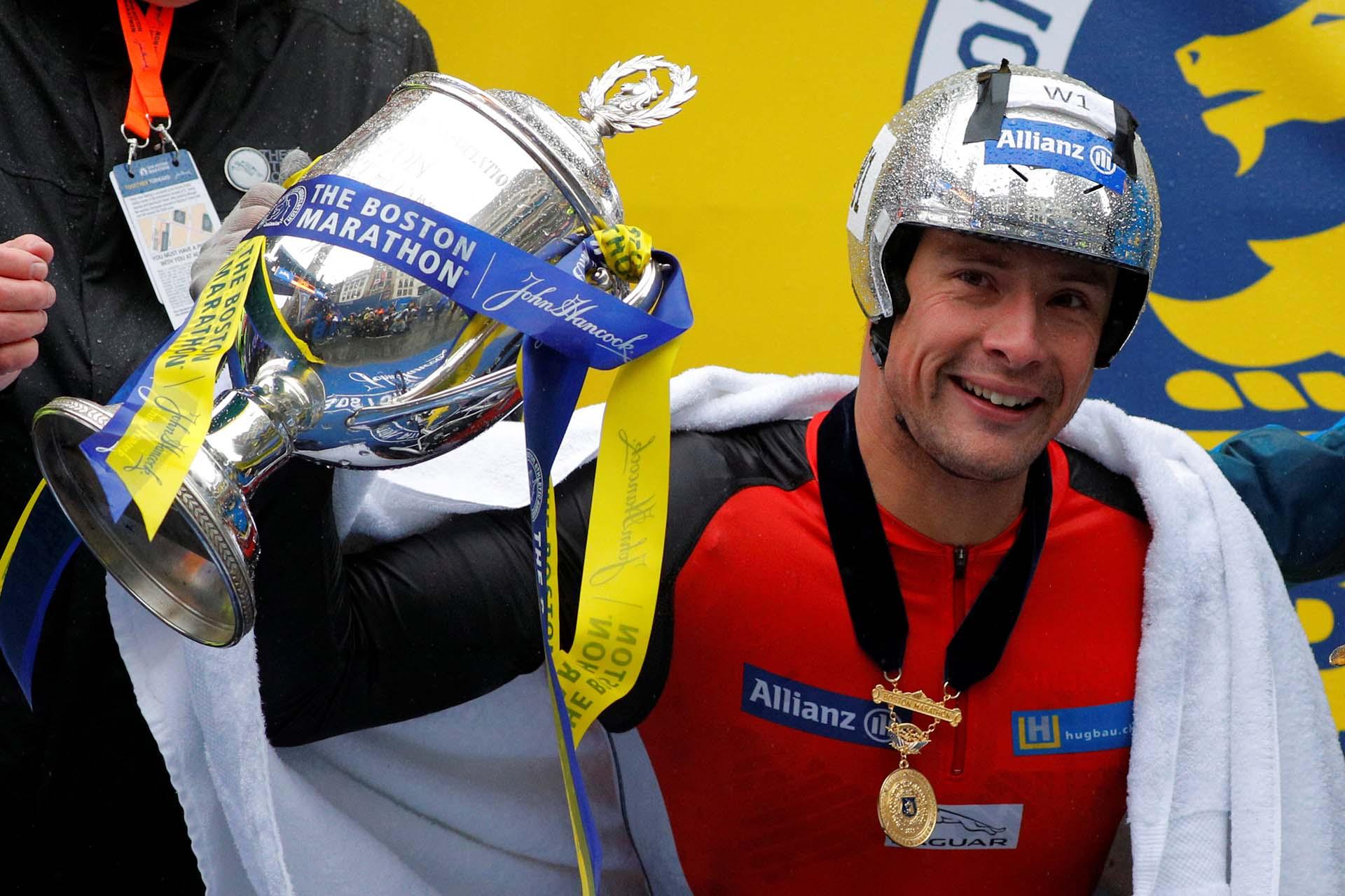En las pruebas de sillas de ruedas, el suizo Marcel Hug volvió a dominar en masculino al conseguir el cuarto triunfo consecutivo con regustro de 1h46:25
