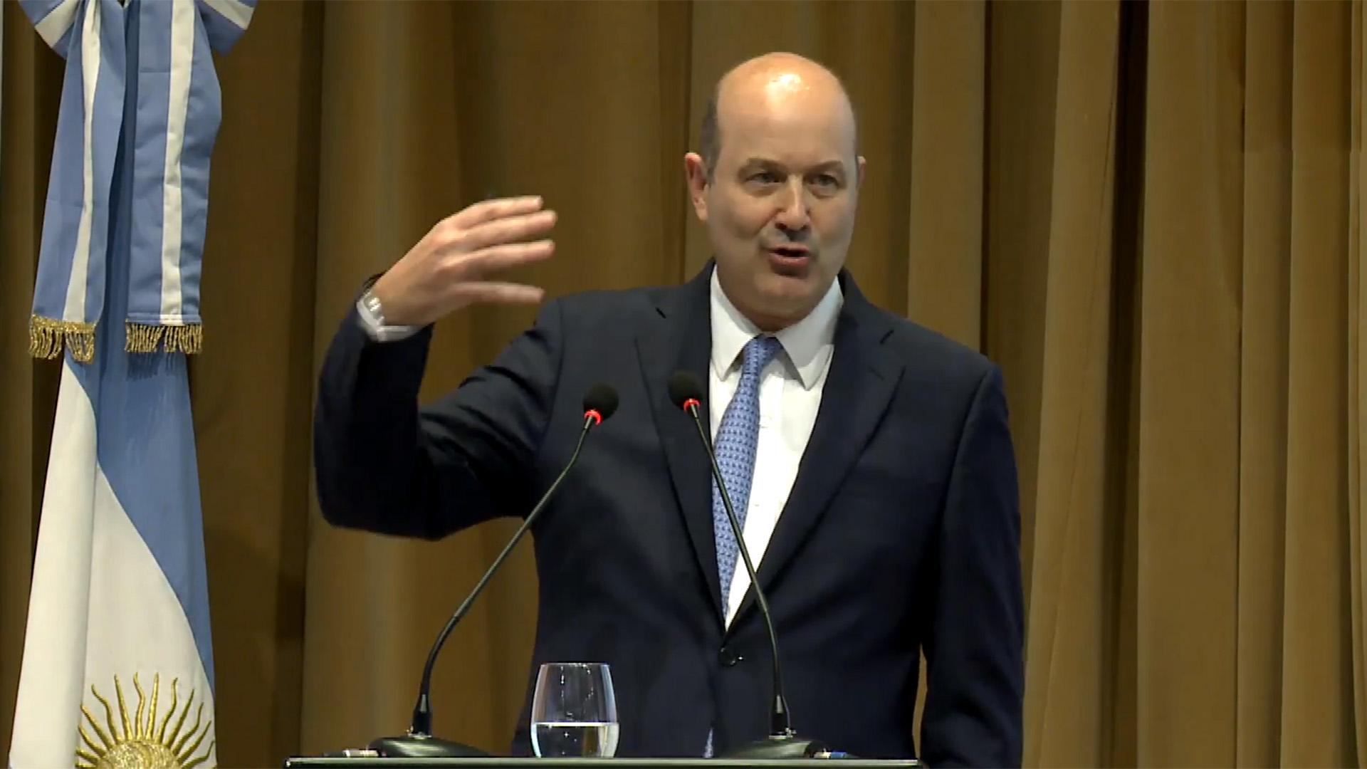 Federico Sturzenegger explicó los desvíos de la inflación por el salto de una vez de los precios regulados