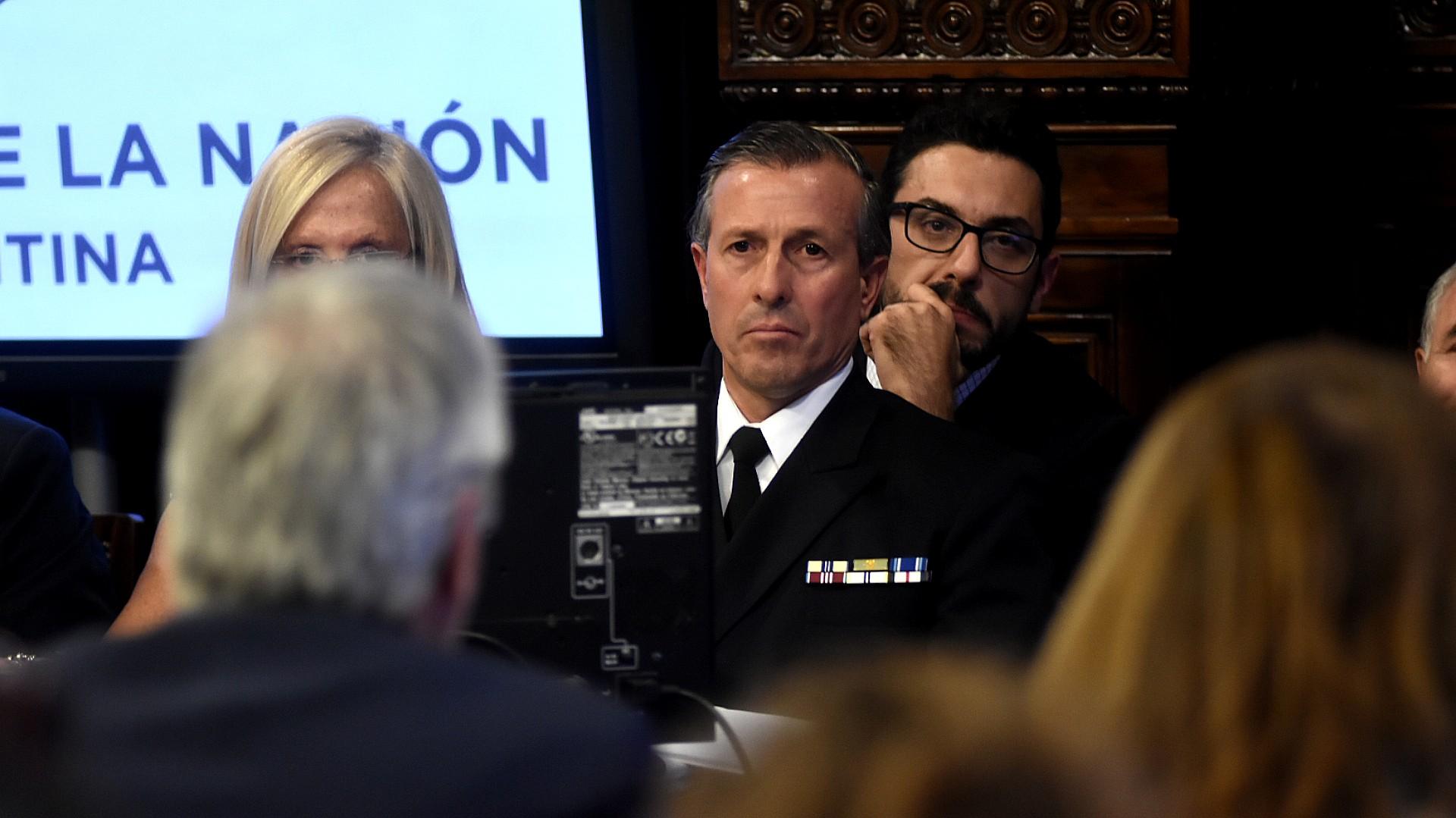 El vocero de la Armada, Enrique Balbi, acompaña a Aguad en el Senado (Nicolás Stulberg)