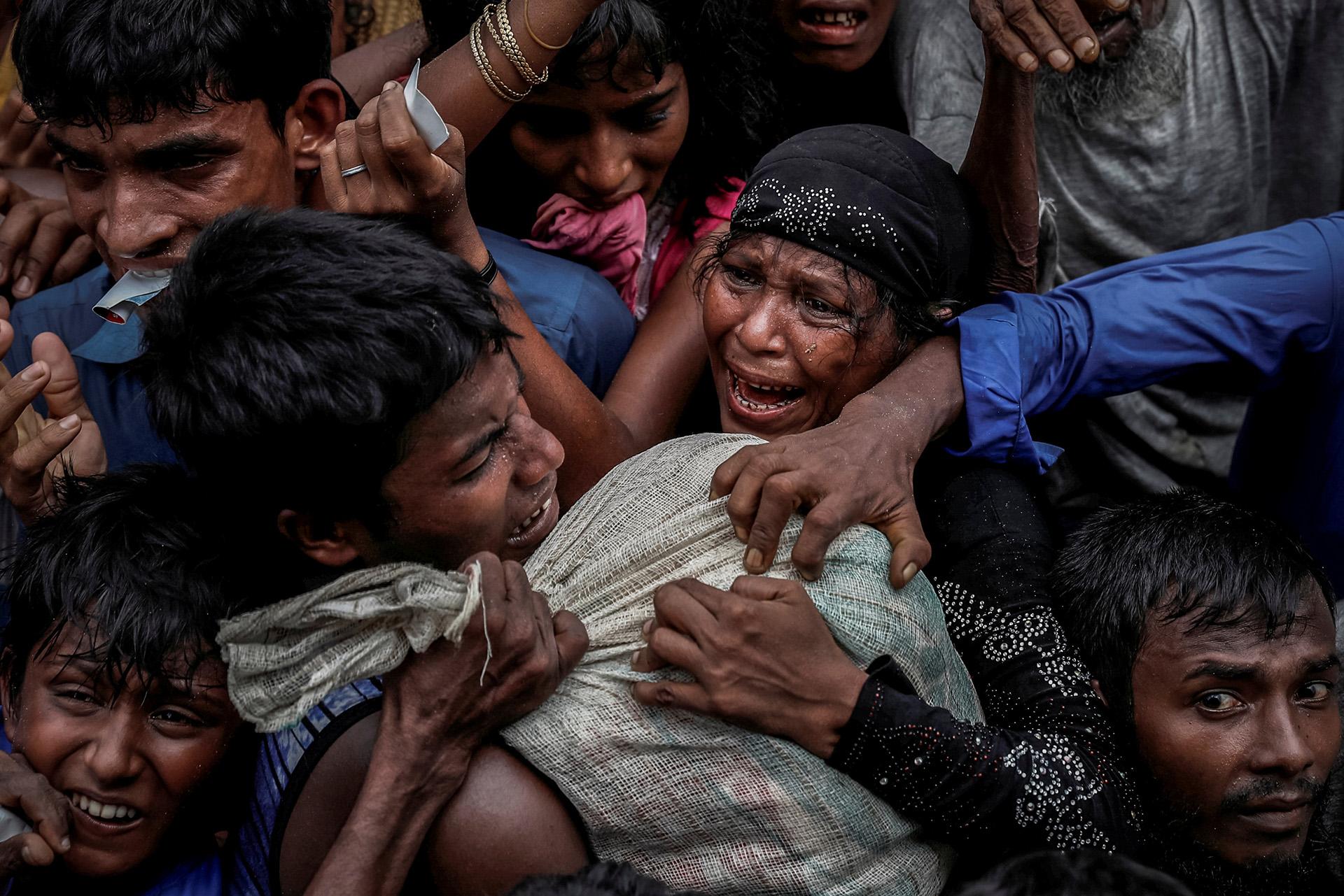 Los refugiados rohingya luchan por ayuda en un campamento en Cox's Bazar, Bangladesh 24 de septiembre de 2017. (Cathal McNaughton)