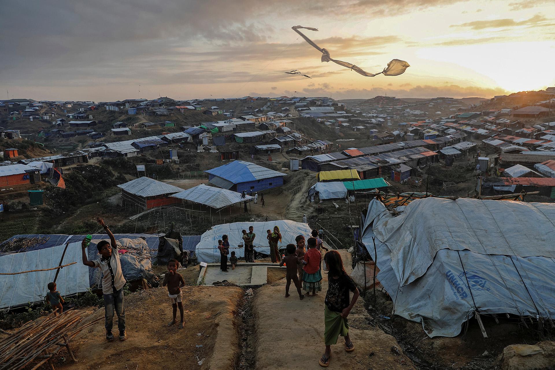 Los niños refugiados rohingya vuelan cometas improvisadas en el campo de refugiados de Kutupalong cerca de Cox's Bazar, Bangladesh, 10 de diciembre de 2017. (Damir Sagolj)