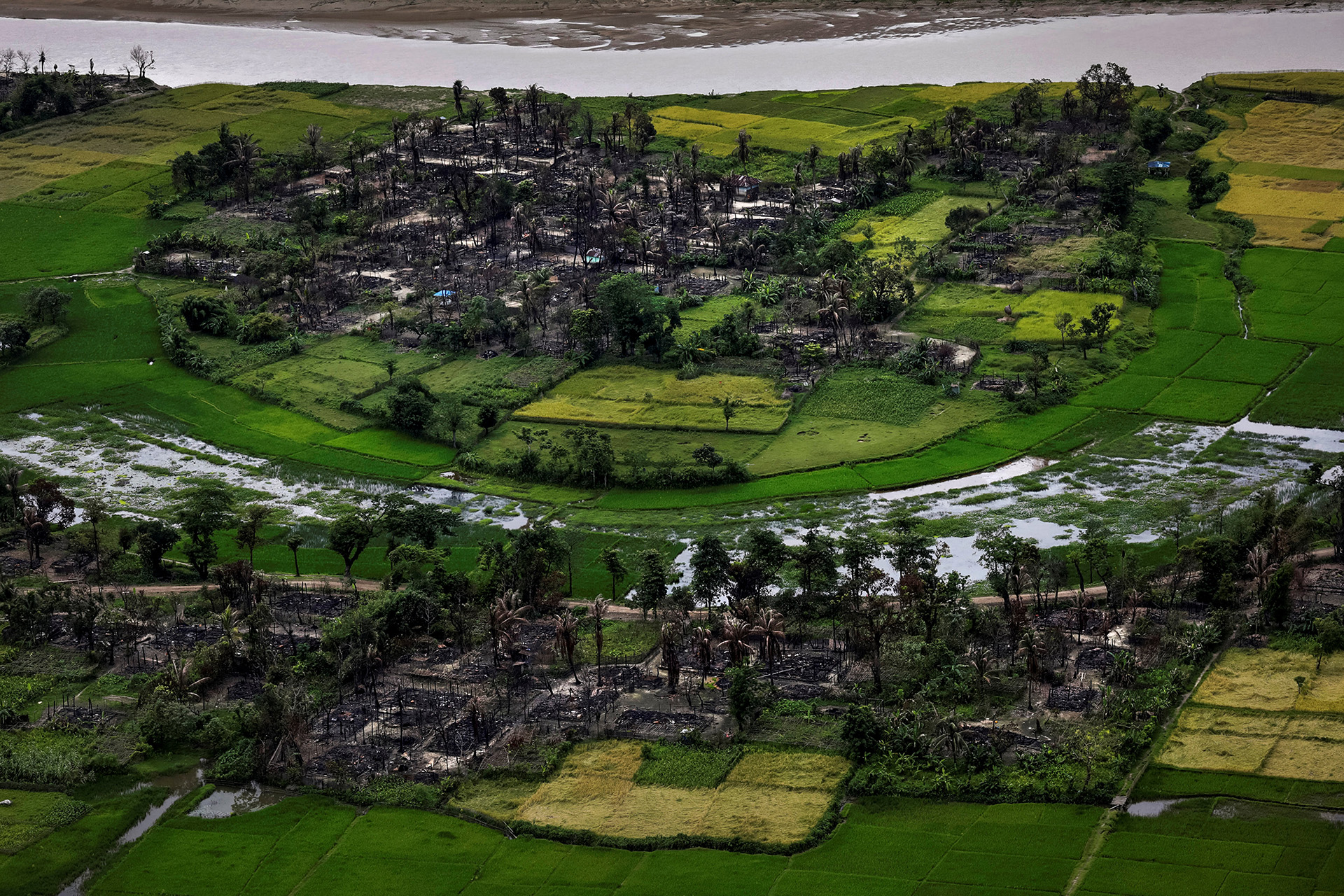 Los restos de un pueblo rohingya quemado se ven en esta fotografía aérea cerca de Maungdaw, al norte del estado de Rakhine, Myanmar, el 27 de septiembre de 2017.(Soe Zeya Tun)