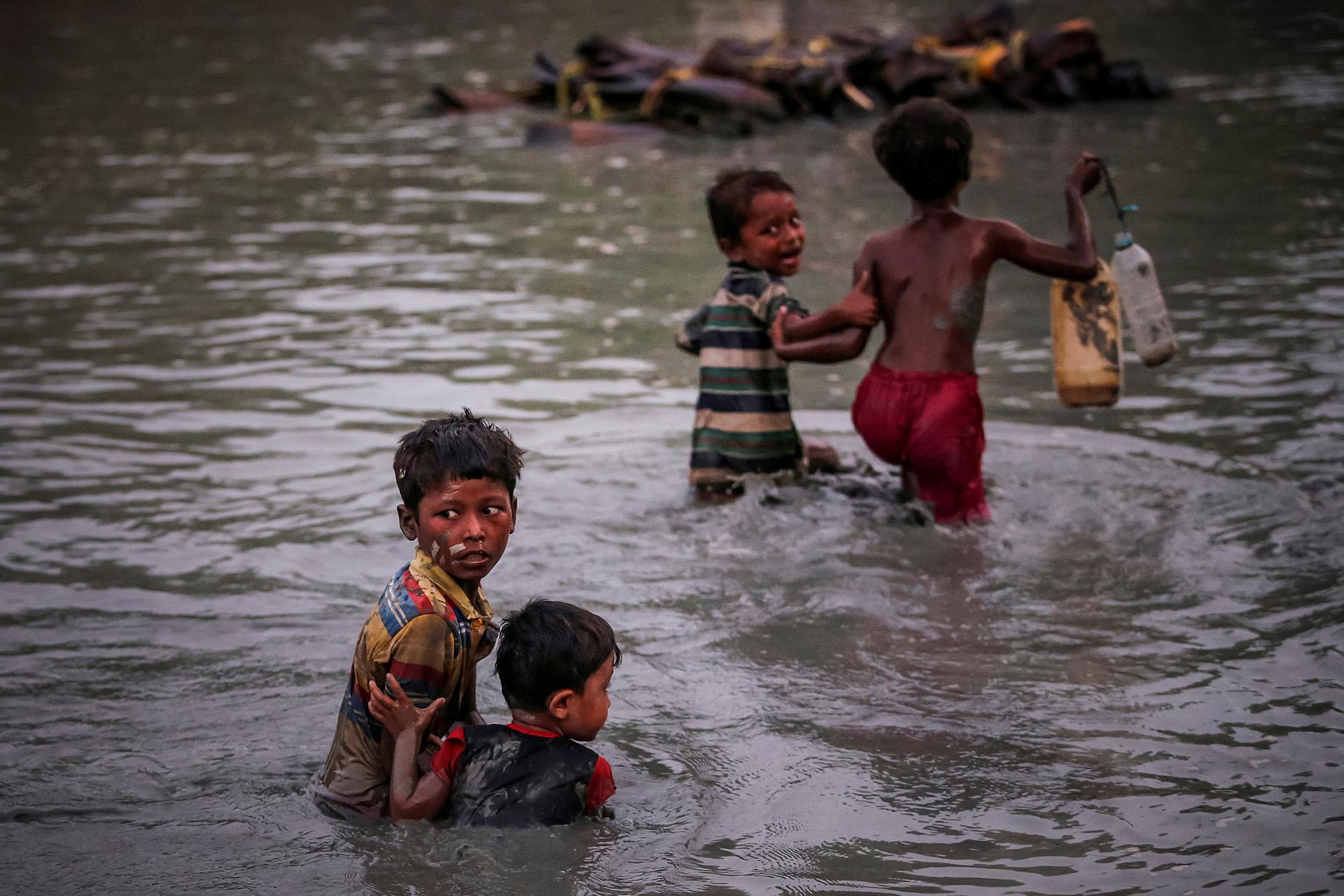 Los hermanos Rohingya que huyen de la violencia se abrazan mientras cruzan el río Naf a lo largo de la frontera entre Bangladesh y Myanmar en Palong Khali, cerca de Cox's Bazar, Bangladesh 1 de noviembre de 2017. (Adnan Abidi)
