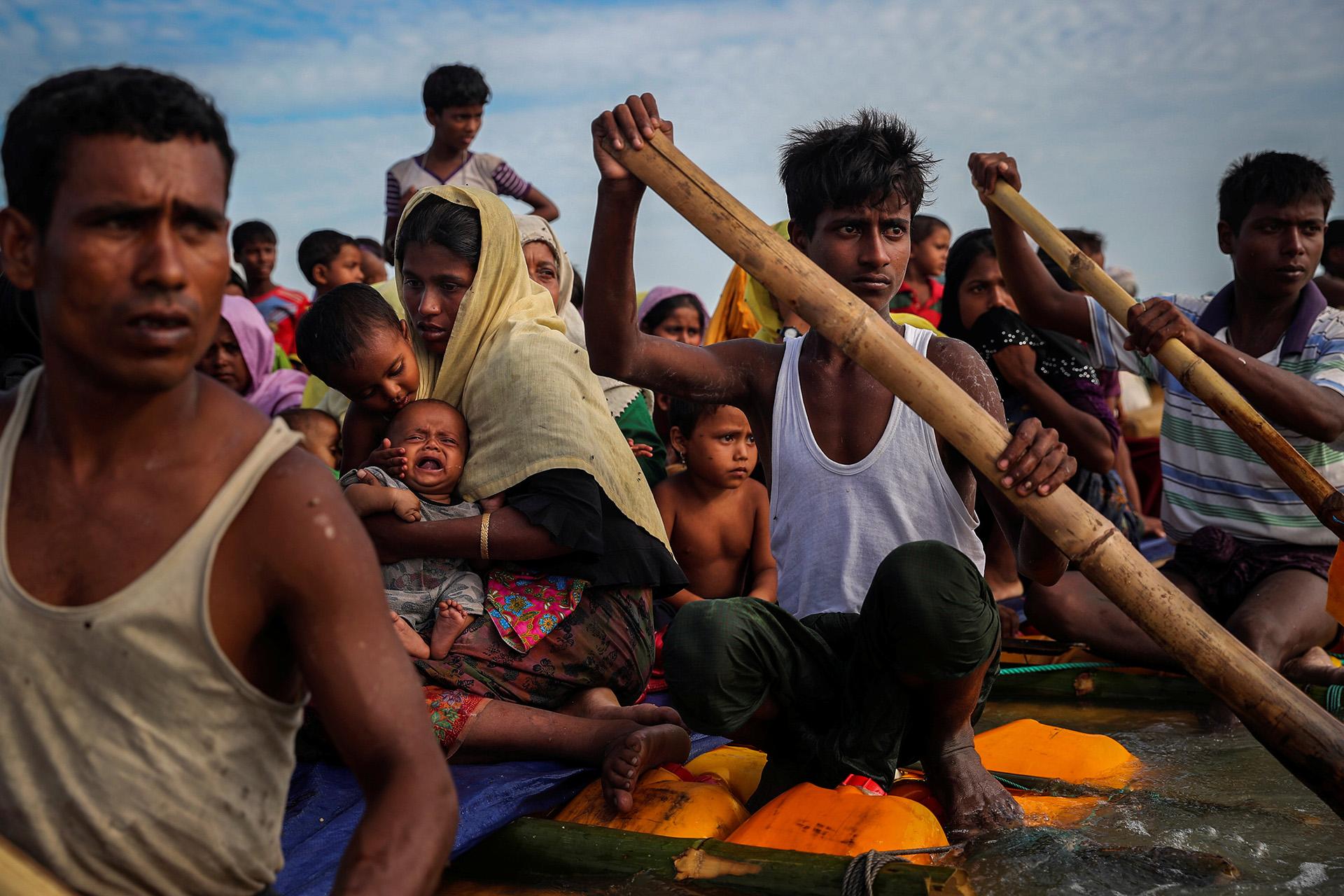 Los refugiados rohingya cruzan el río Naf con una balsa improvisada para llegar a Bangladesh en Teknaf, Bangladesh, el 12 de noviembre de 2017. Foto tomada el 12 de noviembre de 2017. (Mohammad Ponir Hossain)