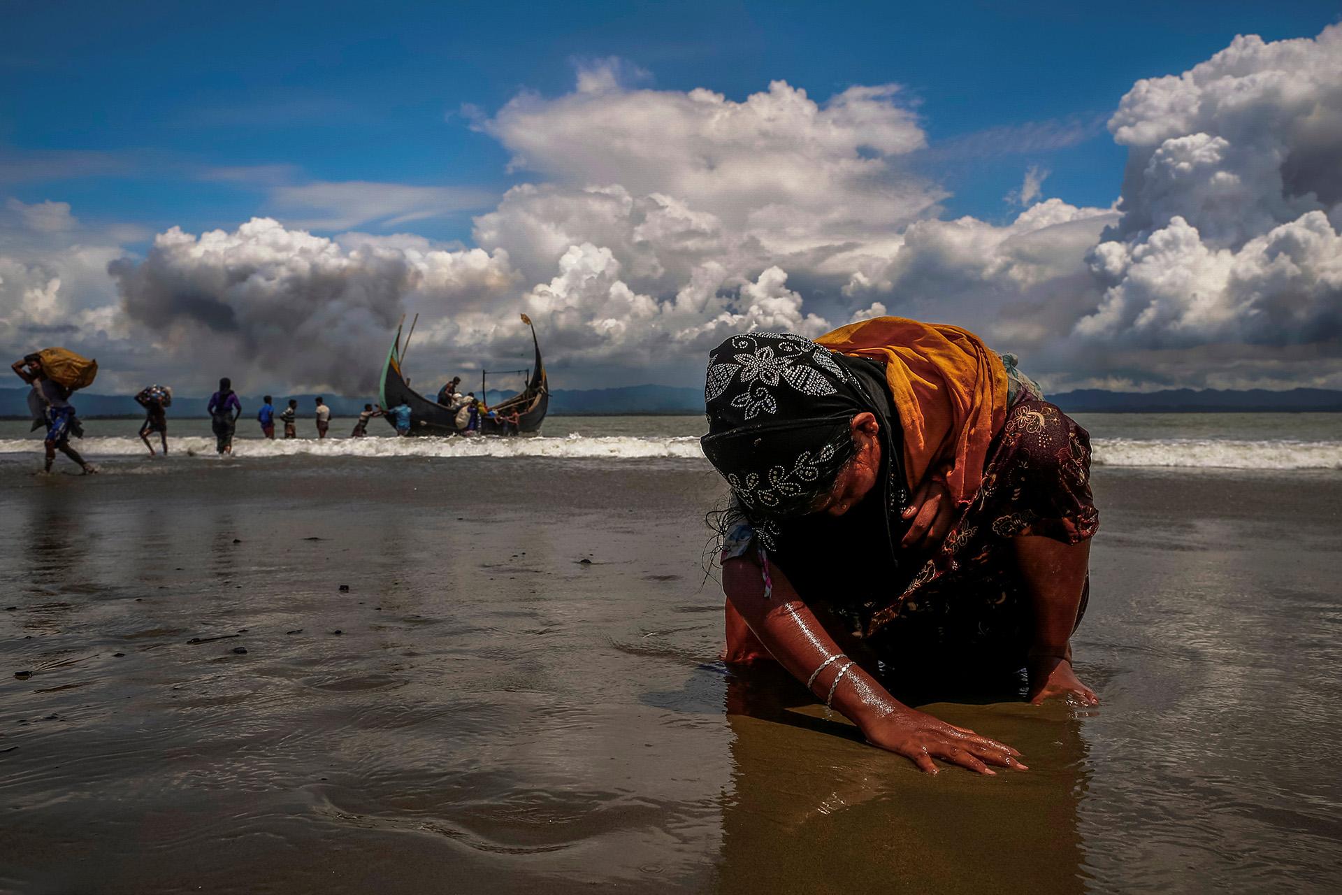 Una mujer refugiada rohingya agotada toca la orilla después de cruzar la frontera entre Bangladesh y Myanmar en barco a través de la Bahía de Bengala, en Shah Porir Dwip, Bangladesh 11 de septiembre de 2017. (Danish Siddiqui)