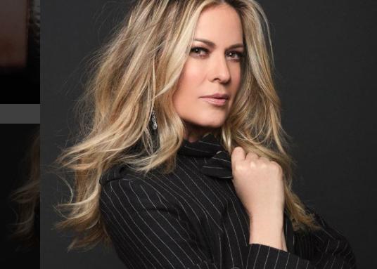 La presentadora no dejó que la caída la detenga y continuó inmediatamente con la emisión del programa (Instagram: Rebecca de Alba)