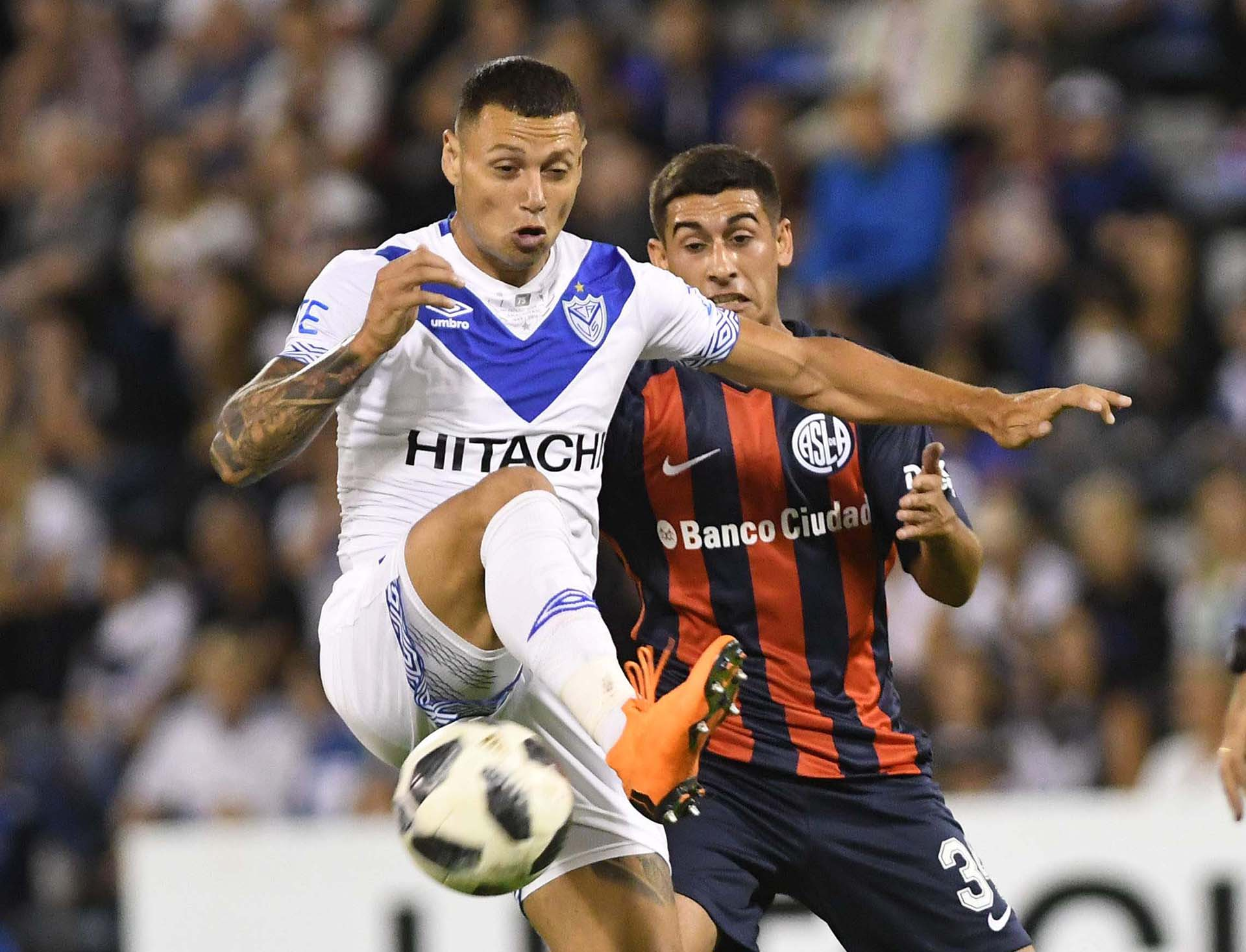 Velez enfrenta a San Lorenzo en la Superliga (Télam)