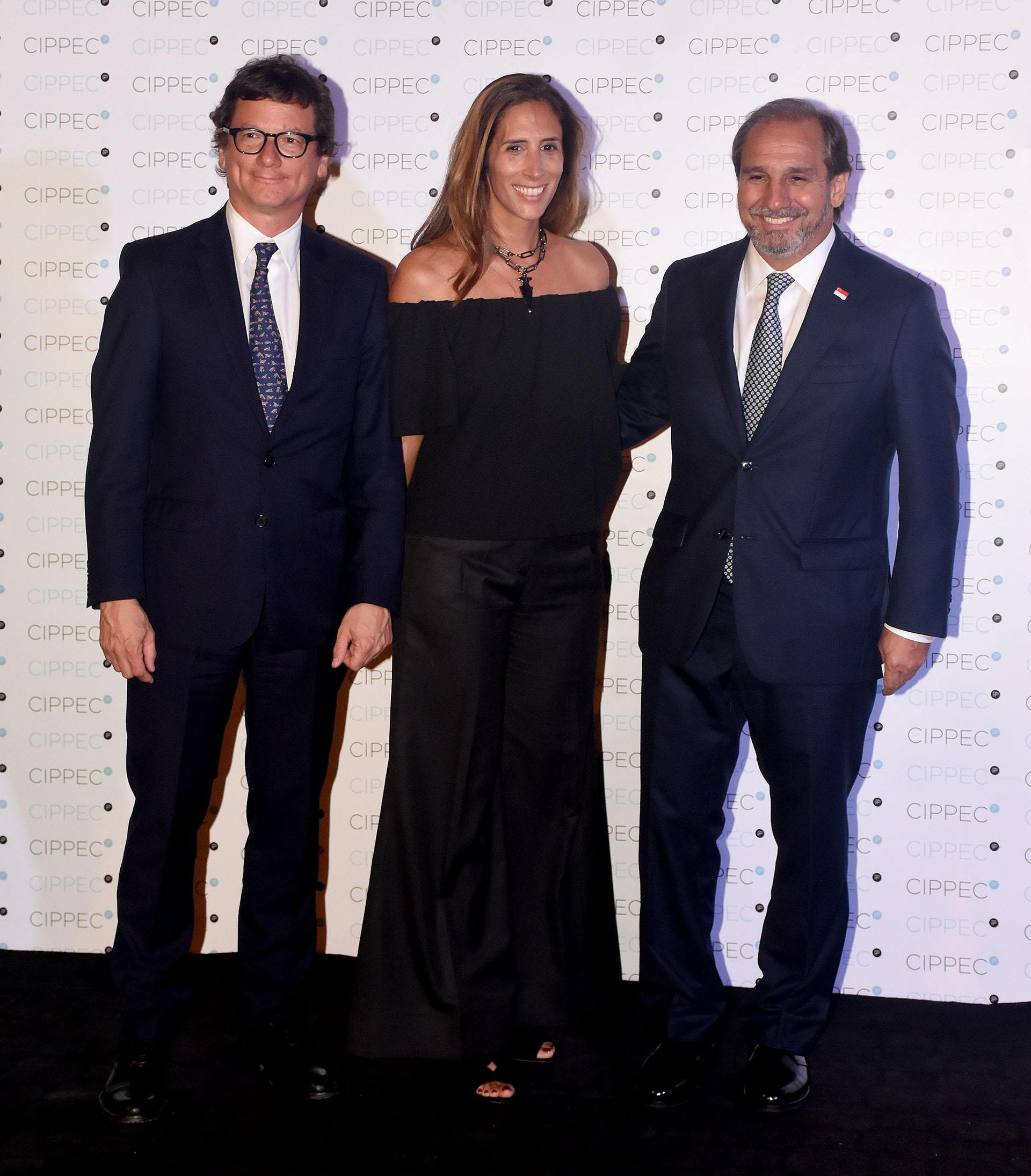El presidente de HSBC Argentina, Gabriel Martino, junto a su mujer Florencia Perotti y Nicolás Caputo