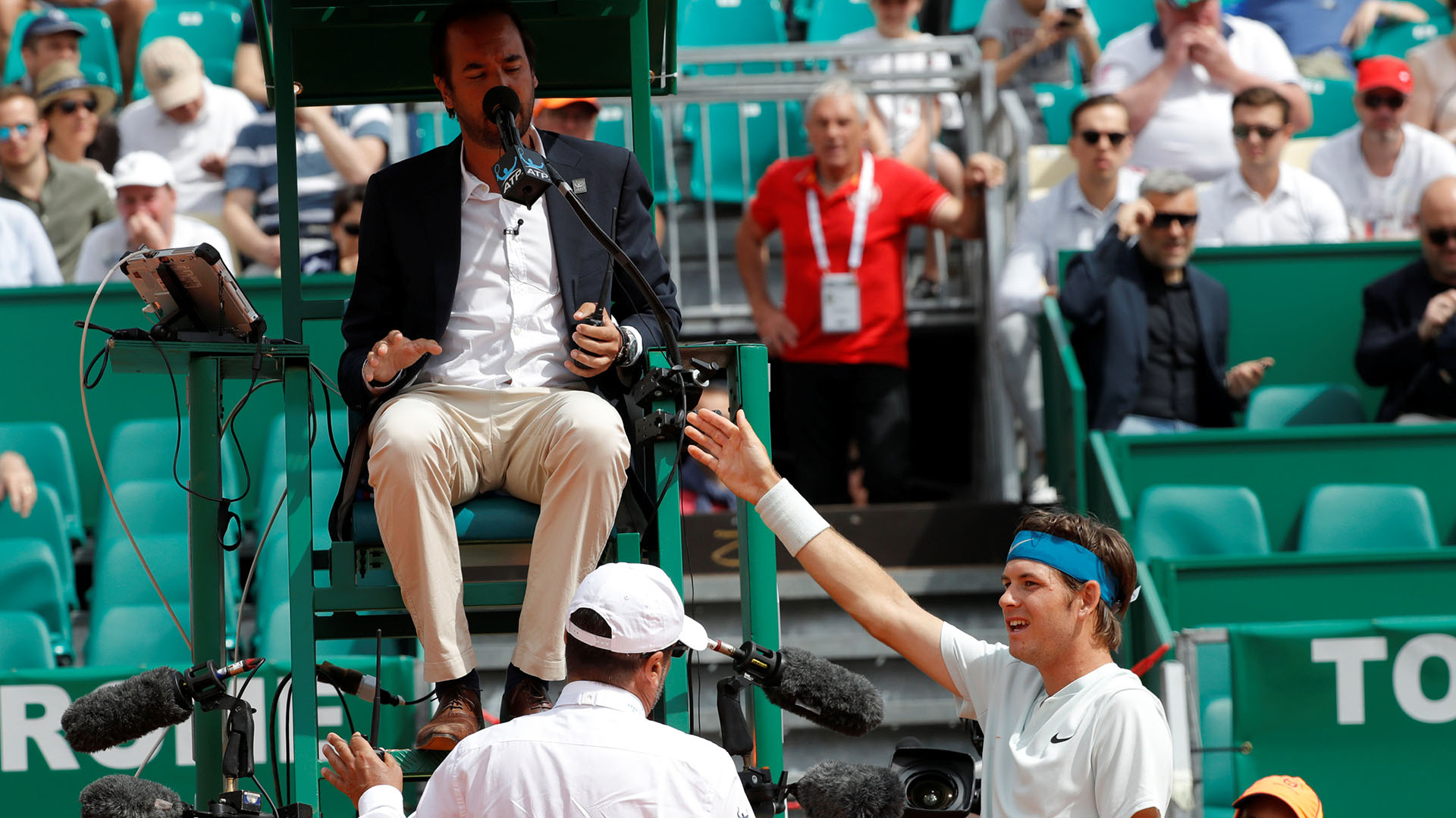 Al final de partido, Jared Donaldsonsaludó con mala cara al juez de silla Arnaud Gabas (Reuters)
