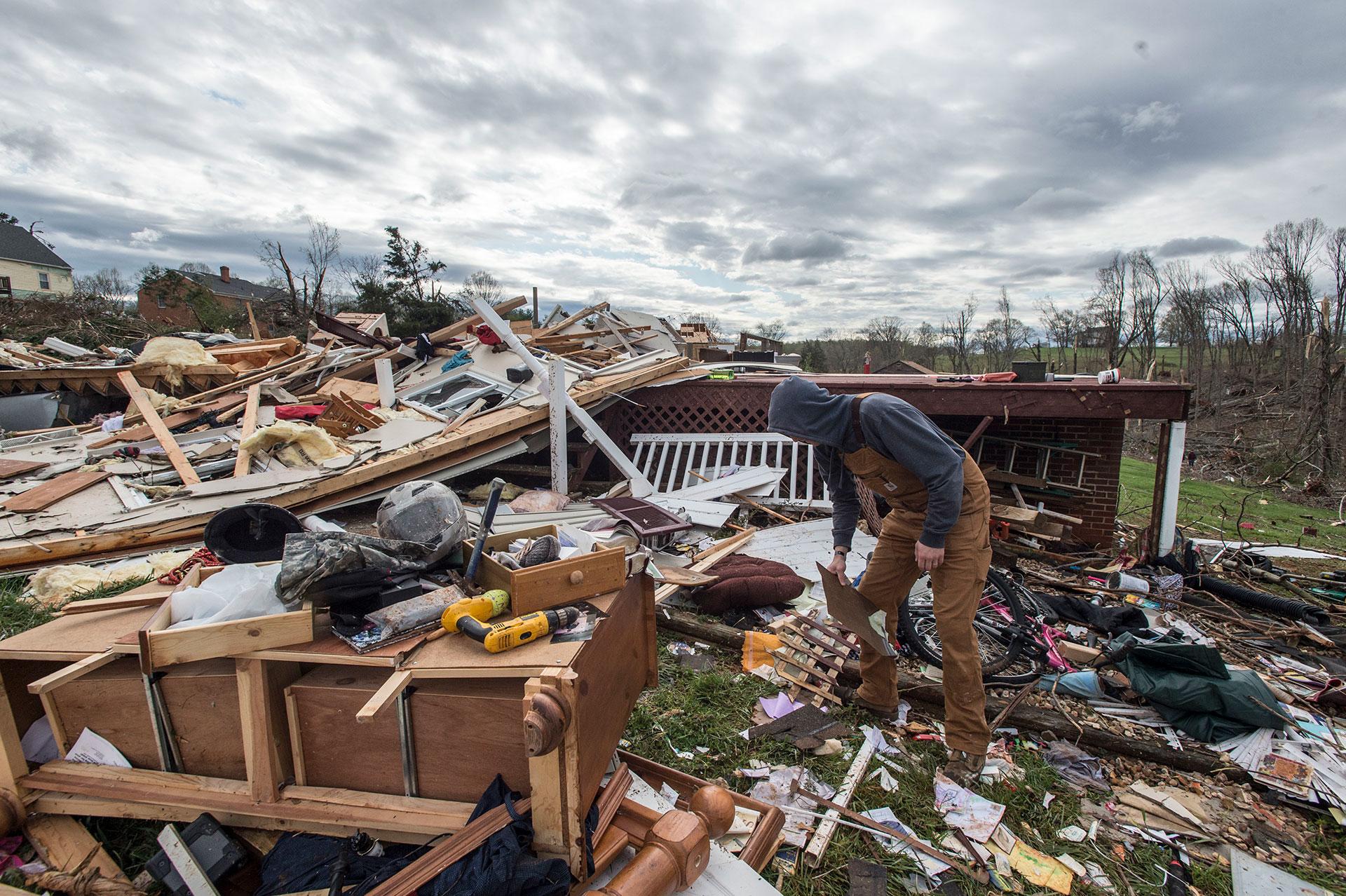 Ryan Polaski busca entre los desechos de la casa de su suegro, destruida por el tornado