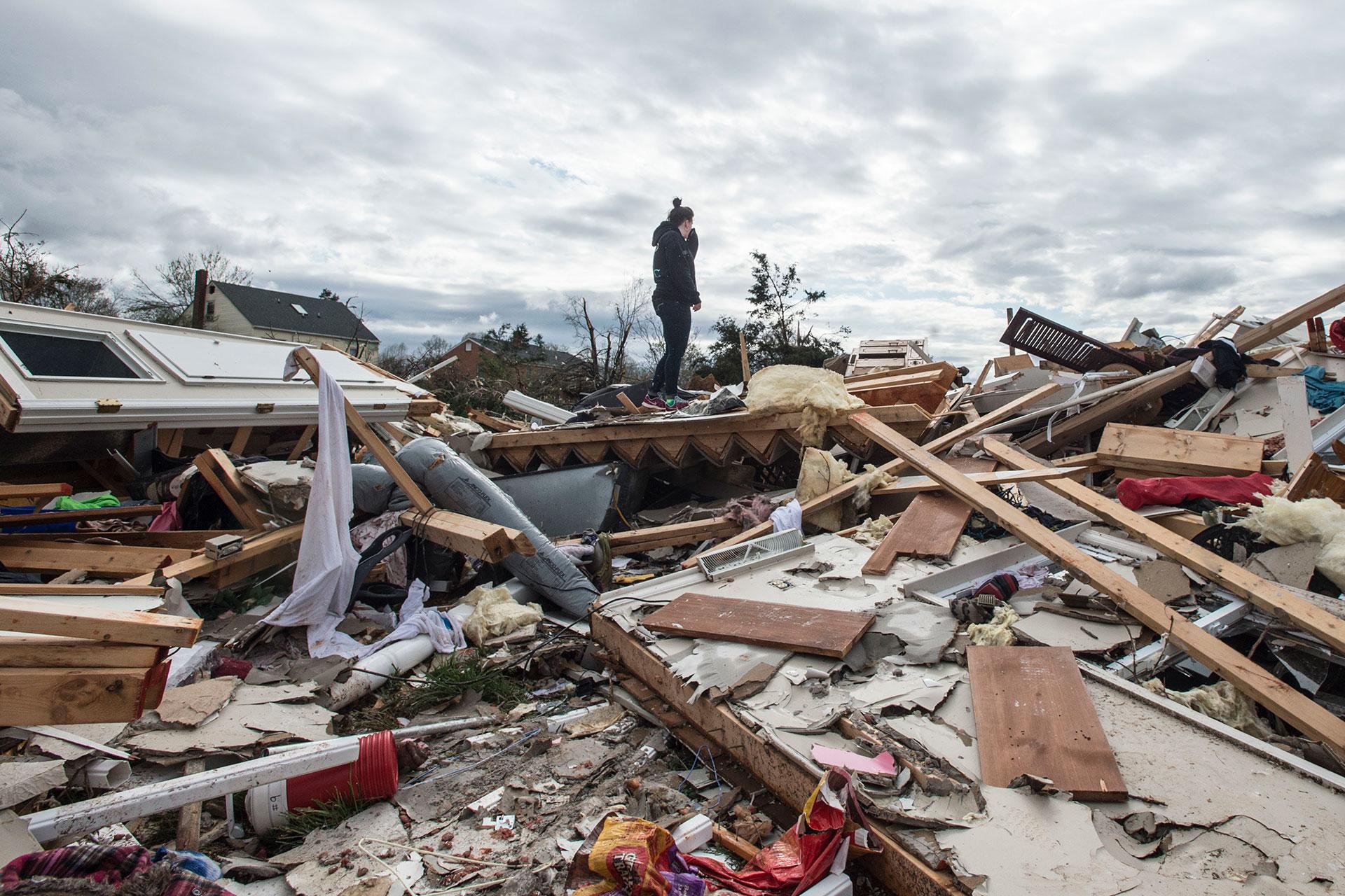 La desesperación de Mia Polaski parada sobre los restos de la casa de su familia enElon, Virginia