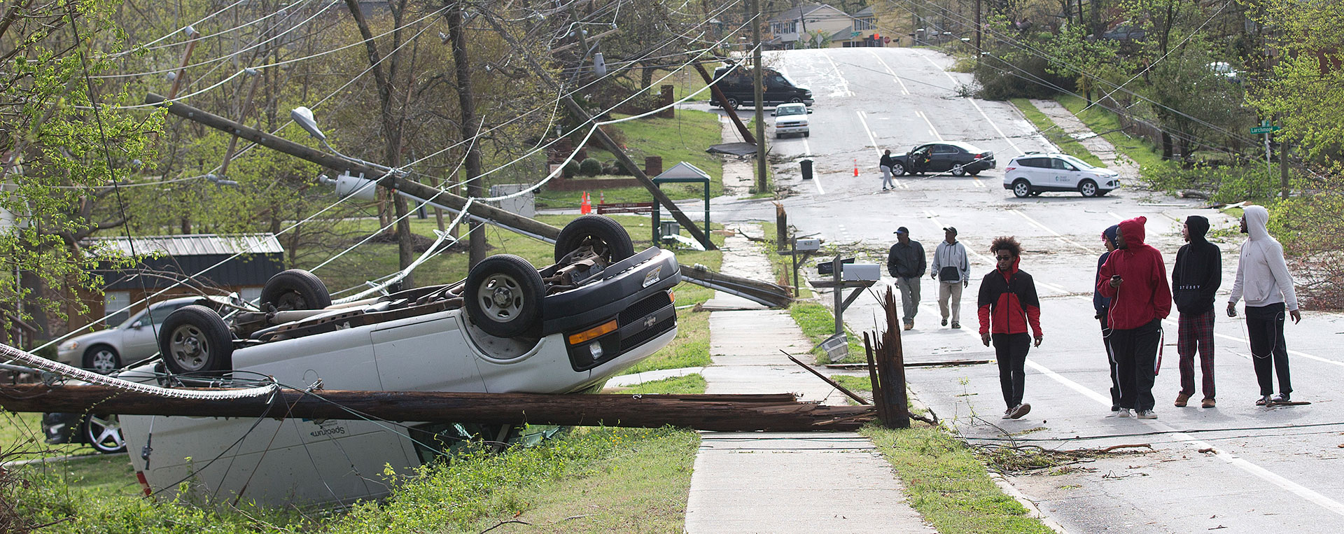 El vehículo volcado en la avenida Phillips es una muestra más de los daños que sufrió la ciudad