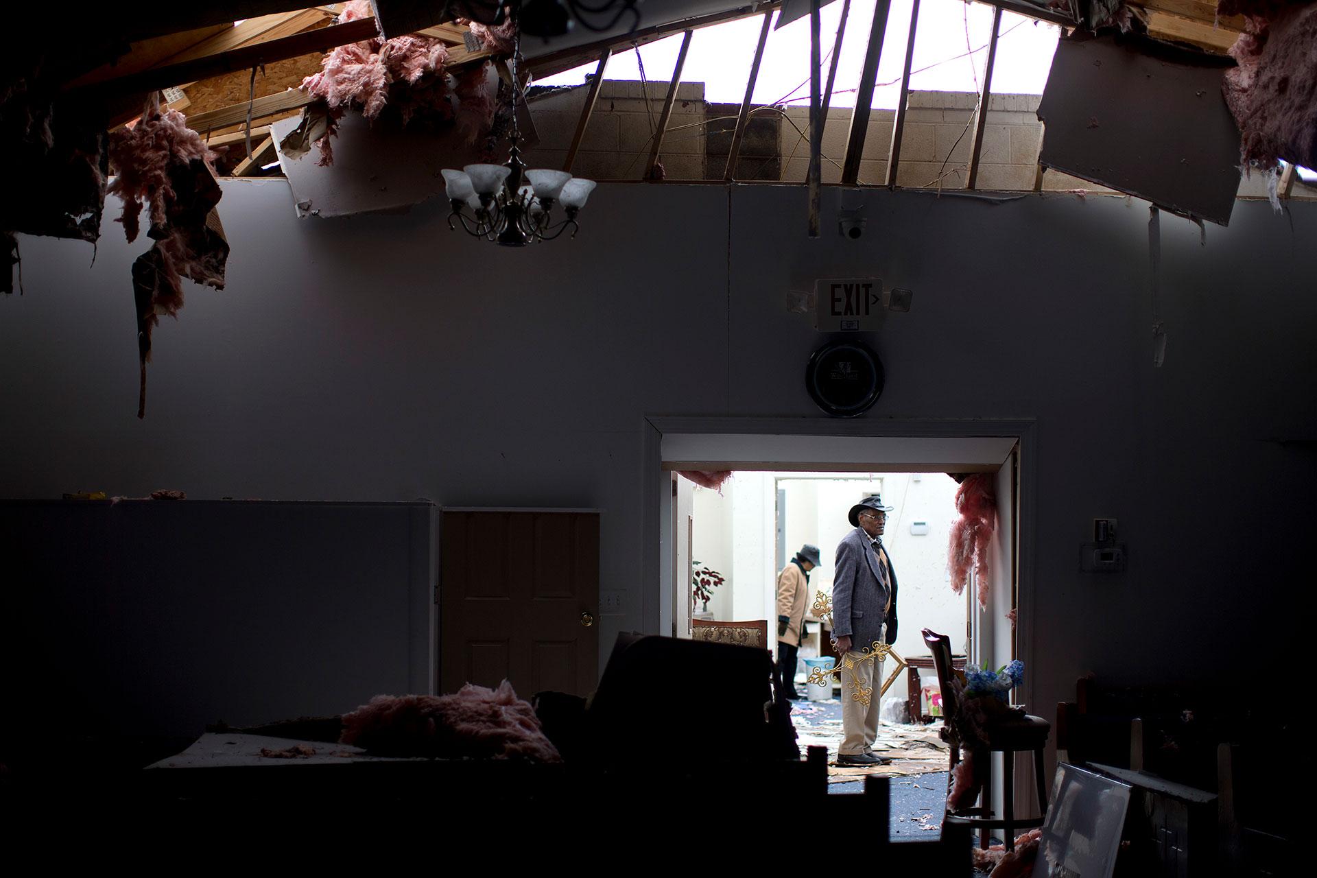 El pastor Lester Woodard observa los daños en la iglesia bautista Misioneros de la Esperanzade Greensboro