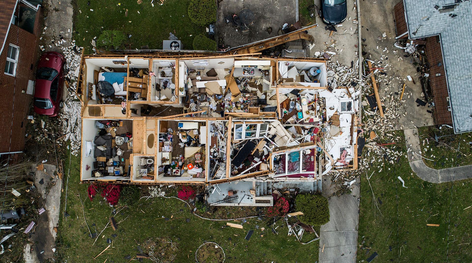 Esta casa de Greensboro perdió su techo a causa de dos tornados que asolaron la región en EEUU