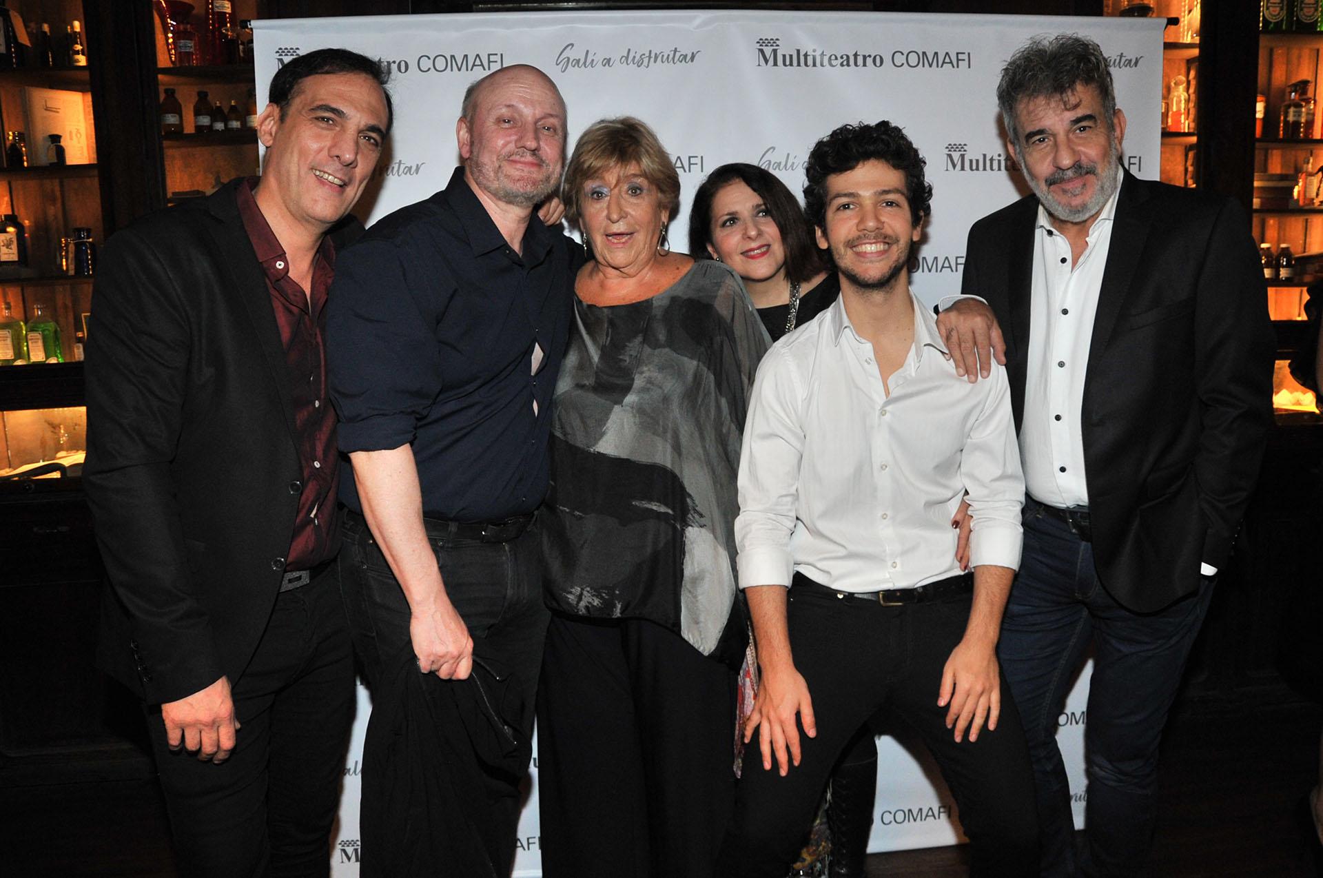 """Juan José Campanella con el elenco de """"¿Qué hacemos con Walter?"""
