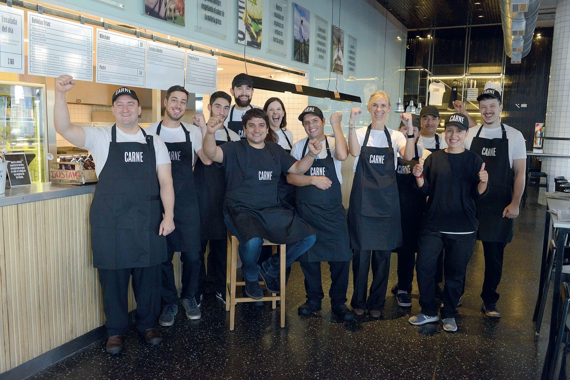 Mauro en Carne Olivos, el proyecto de hamburguesería gourmet –con locales también en La Plata y San Telmo– con el que desembarcó en la Argentina hace dos años. (Fotos: Christian Beliera y Maximiliano Vernazza/GENTE)