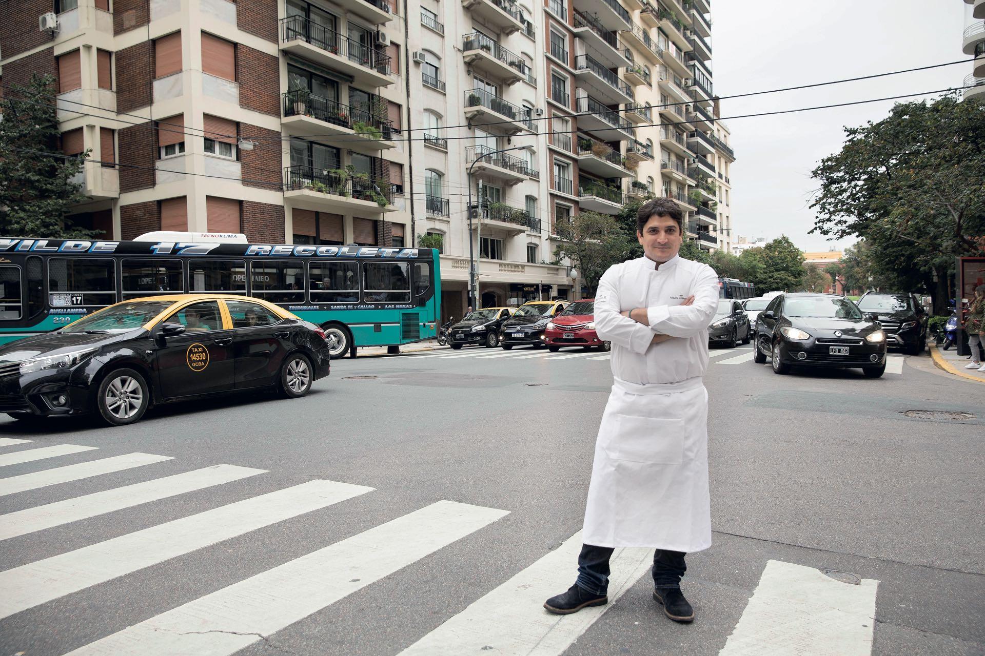 El gran chef platense en Alvear, la más francesa de las avenidas porteñas. Confiesa que cambió la apertura de su restó en Niza por unos días en Buenos Aires. (Fotos: Christian Beliera y Maximiliano Vernazza/GENTE)